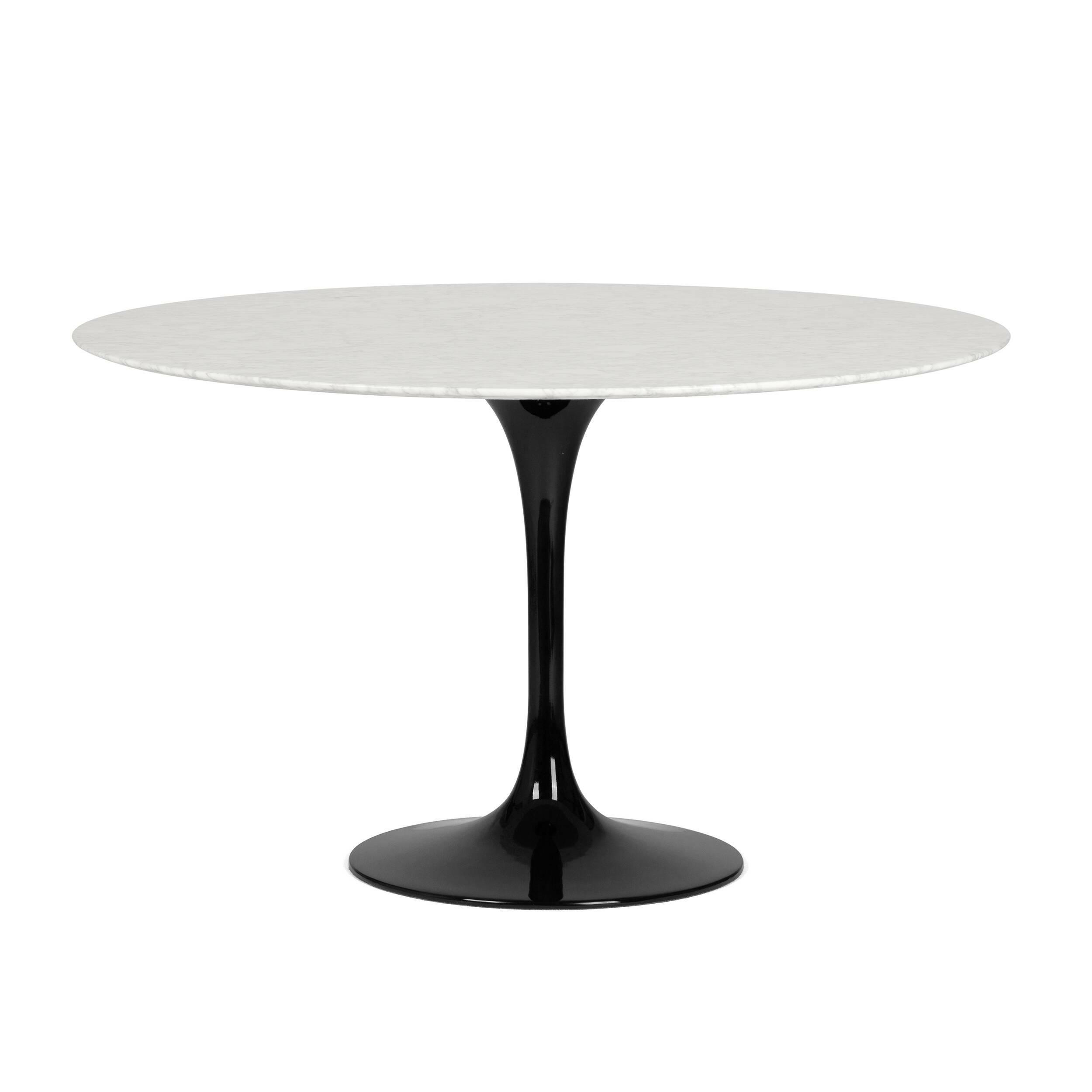 Обеденный стол Tulip диаметр 122Обеденные<br>Дизайнерская глянцевый белый обеденный стол Tulip (Тулип) овальный на одной ножке с мраморной столещницей от Cosmo (Космо).У каждого знаменитого дизайнера прошлого столетия есть своя «формула вечного дизайна», а значит, есть и произведения дизайнерского искусства, которые уже много лет не выходят из моды, не теряют своей актуальности и востребованы по сей день. Стол Tulip как раз был разработан при помощи такой формулы, которую вывел Ээро Сааринен. Изящная ножка-тюльпан и круглая столешница, ...<br><br>stock: 1<br>Высота: 72<br>Диаметр: 122<br>Цвет ножек: Черный глянец<br>Цвет столешницы: Белый<br>Материал столешницы: Мрамор итальянский<br>Тип материала столешницы: Мрамор<br>Тип материала ножек: Алюминий