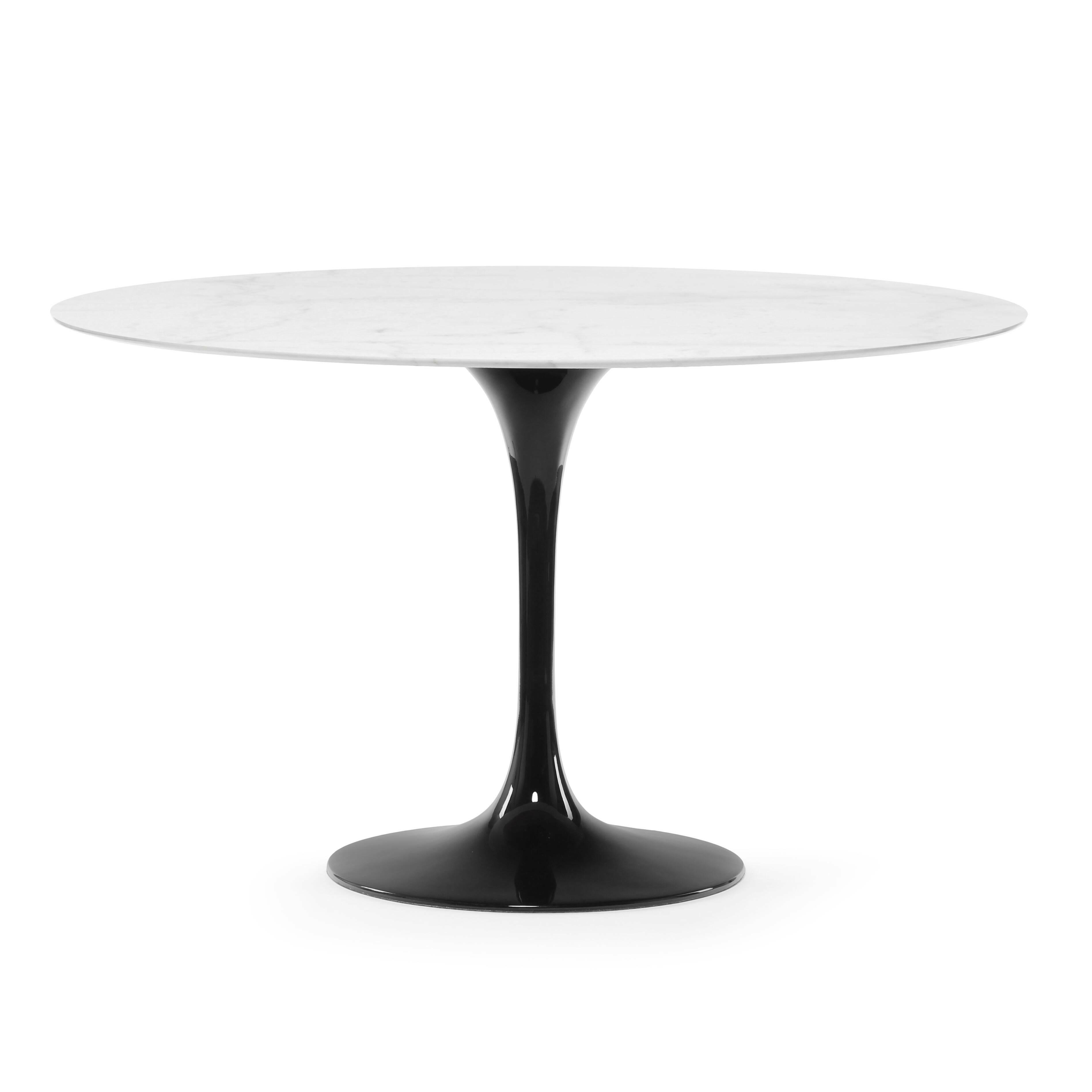 Обеденный стол Tulip диаметр 122Обеденные<br>Дизайнерская глянцевый белый обеденный стол Tulip (Тулип) овальный на одной ножке с мраморной столещницей от Cosmo (Космо).У каждого знаменитого дизайнера прошлого столетия есть своя «формула вечного дизайна», а значит, есть и произведения дизайнерского искусства, которые уже много лет не выходят из моды, не теряют своей актуальности и востребованы по сей день. Стол Tulip как раз был разработан при помощи такой формулы, которую вывел Ээро Сааринен. Изящная ножка-тюльпан и круглая столешница, ...<br><br>stock: 2<br>Высота: 72<br>Диаметр: 122<br>Цвет ножек: Черный глянец<br>Цвет столешницы: Белый<br>Материал столешницы: Мрамор китайский<br>Тип материала столешницы: Мрамор<br>Тип материала ножек: Алюминий