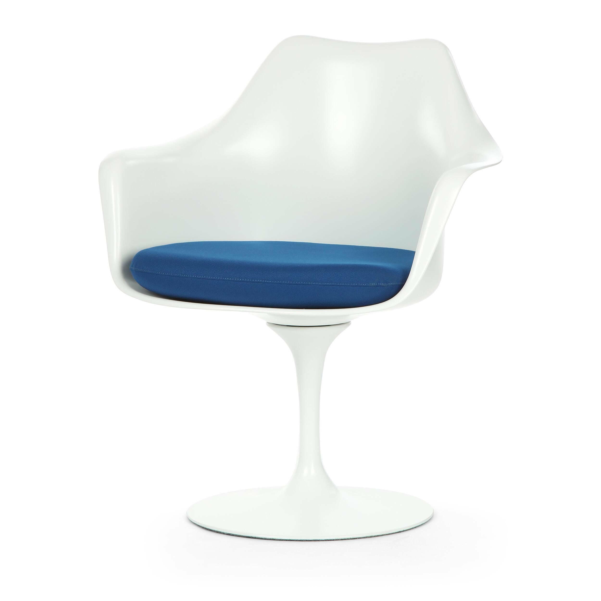 Cтул Tulip с подлокотниками и мягкой подушкойИнтерьерные<br>Дизайнерский мягкий стул Tulip (Тулип) с подлокотниками и мягкой подушкой из стекловолокна на глянцевой ножке с кожаным сиденьем от Cosmo (Космо).<br><br>     Свои основные идеи финн Ээро Сааринен черпал в аскетичном подходе к дизайну, воплощая их в наиболее эффективных конструкционных решениях. «Решение любой дизайнерской задачи нужно искать в следующей, более крупной вещи, — утверждал Сааринен. — Если загвоздка в стуле, мы должны смотреть на то, как он соотносится с комнатой». Именно в стуле Tu...<br><br>stock: 0<br>Высота: 80,5<br>Высота сиденья: 47<br>Ширина: 66<br>Глубина: 58<br>Цвет ножек: Белый матовый<br>Тип материала каркаса: Стекловолокно<br>Материал сидения: Полиэстер<br>Цвет сидения: Синий<br>Тип материала сидения: Ткань<br>Коллекция ткани: Gabriel Fabric<br>Тип материала ножек: Алюминий<br>Цвет каркаса: Белый матовый