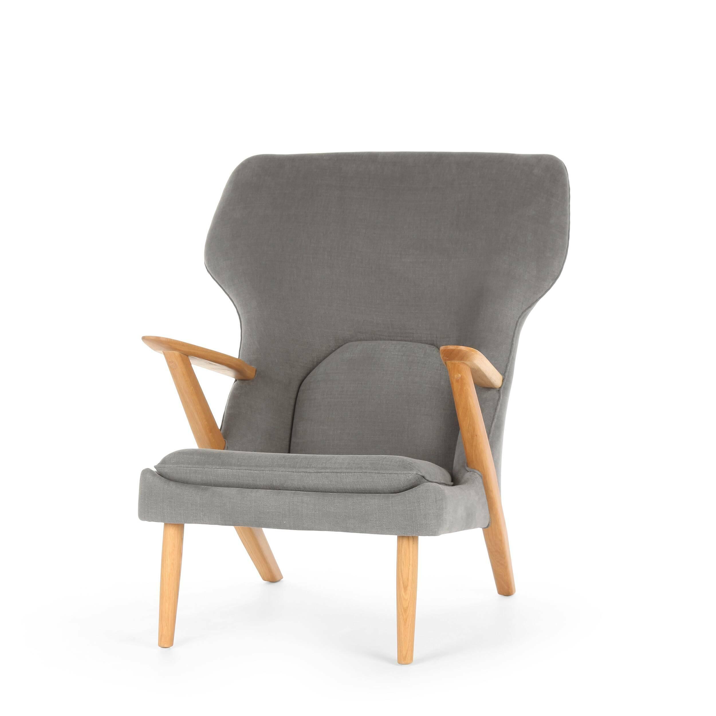 Кресло Little BearИнтерьерные<br>Дизайнерское легкое комфортное кресло Little Bear (Литл Бир) с широкой спинкой и деревянным каркасом от Cosmo (Космо).<br><br><br> Датчанина Ханса Вегнера по праву можно величать королем стульев — за всю жизнь он спроектировал их около пятисот. Его творения входят в коллекцию всех музеев современного искусства, от Центра Помпиду до MoMA, на кресле «Бык» сидит Доктор Зло в «Остине Пауэрсе», в креслах Вегнера вели дебаты Кеннеди и Никсон и снимался Дмитрий Медведев.<br><br><br> Вегнер, верный птенец гн...<br><br>stock: 0<br>Высота: 94<br>Высота сиденья: 37<br>Ширина: 82,5<br>Глубина: 87<br>Материал каркаса: Массив дуба<br>Материал обивки: Хлопок, Лен<br>Тип материала каркаса: Дерево<br>Коллекция ткани: Ray Fabric<br>Тип материала обивки: Ткань<br>Цвет обивки: Серый<br>Цвет каркаса: Дуб