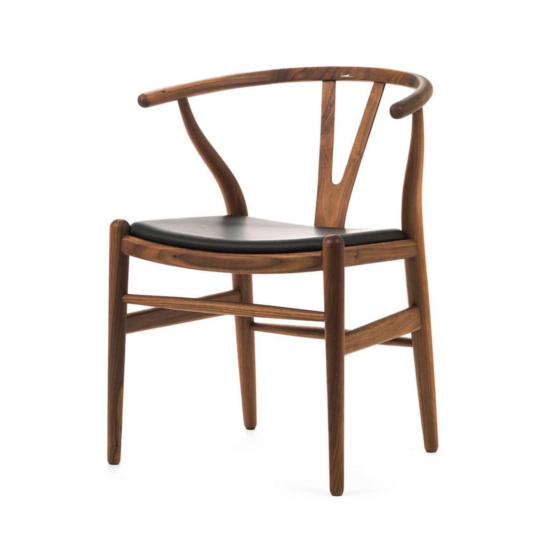 Стул Wishbone кожаныйИнтерьерные<br>Дизайнерский стул Wishbone (Уишбон) из дерева с кожаным сиденьем от Cosmo (Космо).<br>Стул Wishbone кожаный был разработан в 1949 году передовым датским дизайнером мебели Хансом Вегнером. Стул Wishbone был создан под впечатлением от просмотра классических портретов датских торговцев, сидящих на китайских стульях династии Мин. Свое название стул Wishbone («вилка») получил за специфическую форму спинки сиденья.<br><br><br><br> Оригинальный стул Wishbone кожаный широко используется при оформлении различны...<br><br>stock: 0<br>Высота: 73,5<br>Высота сиденья: 42,5<br>Ширина: 55,5<br>Глубина: 53,5<br>Материал каркаса: Массив ореха<br>Тип материала каркаса: Дерево<br>Цвет сидения: Черный<br>Тип материала сидения: Кожа<br>Коллекция ткани: Standart Leather<br>Цвет каркаса: Орех