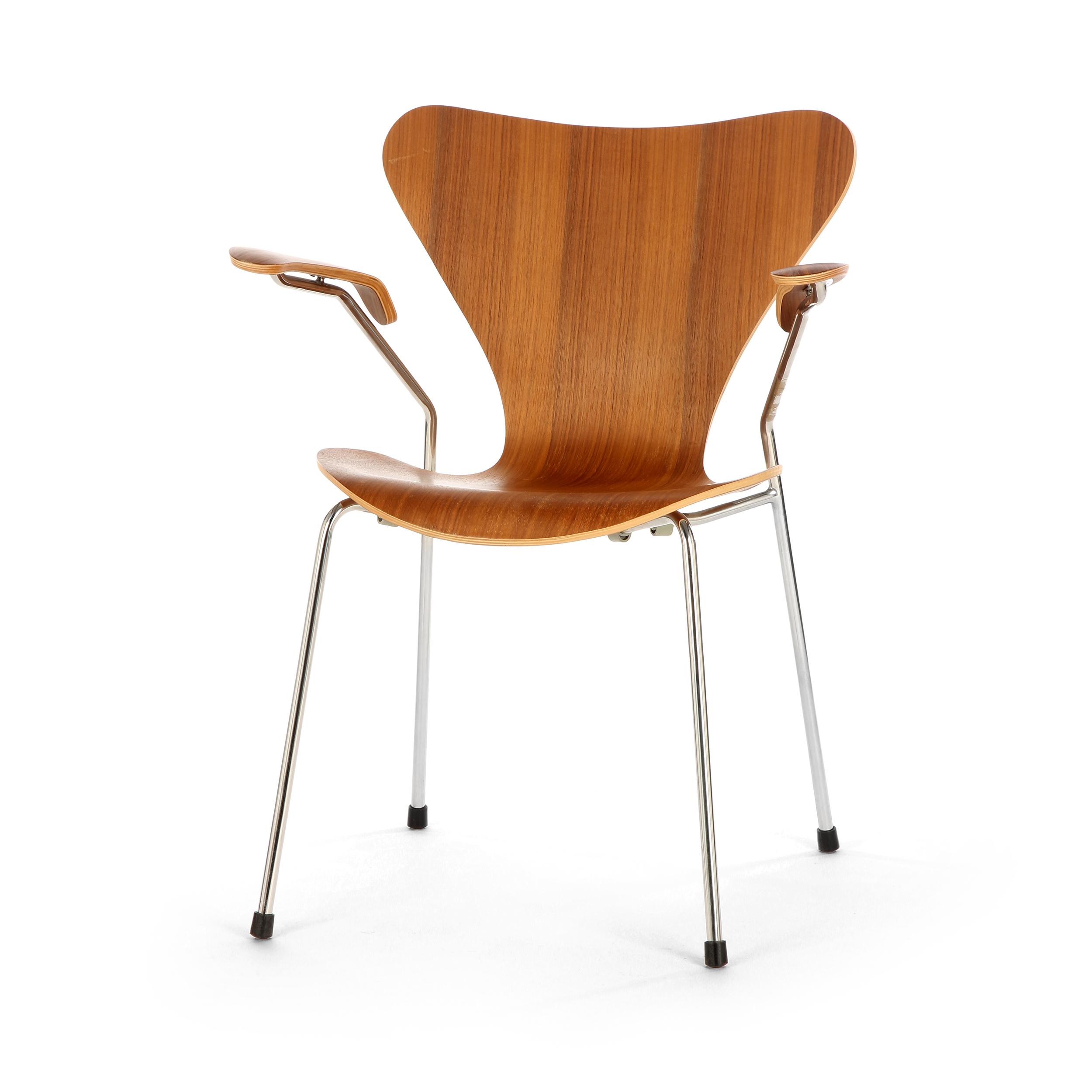 Стул S7 c подлокотникамиИнтерьерные<br>Дизайнерский легкий яркий стул S7 (С7) c подлокотниками на металлическом каркасе с деревянными сиденьем и спинкой от Cosmo (Космо).<br><br>     Эта фантазия на тему знаменитого стула «Муравей» гения датского минимализма Арне Якобсена, который он довел до совершенства в своей «Серии 7» 1955 года, придется по вкусу всем: дети оценят необычную форму стула, а взрослые — лаконичный дизайн и функциональность.<br><br><br>     Выглядит он просто: четыре ножки из стали и каркас из натурального дерева, но секрет...<br><br>stock: 0<br>Высота: 75,5<br>Высота сиденья: 42<br>Ширина: 60<br>Глубина: 55,5<br>Цвет ножек: Хром<br>Материал сидения: Массив ореха<br>Цвет сидения: Орех<br>Тип материала сидения: Дерево<br>Тип материала ножек: Сталь нержавеющая