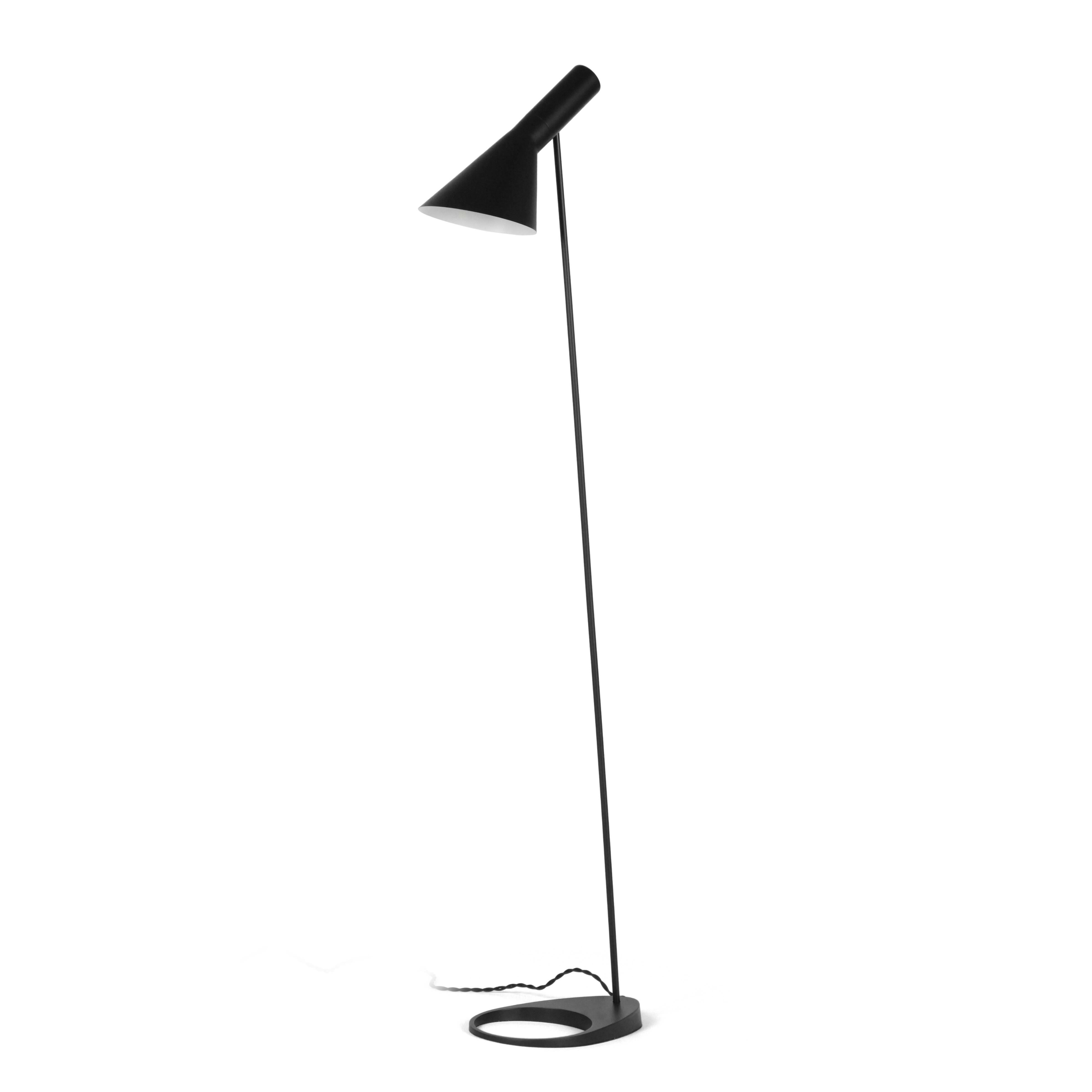 Напольный светильник AJ 2Напольные<br>Датский архитектор Арне Якобсен, чьи проекты получили мировое признание, в середине прошлого века стал разрабатывать предметы интерьера. Основное направление его деятельности — стиль хай-тек.<br><br><br> Замечательное творение автора — это напольный светильник AJ 2. Тонкая длинная ножка позволяет устанавливать его в гостиных и столовых, в спальнях и детских комнатах. Небольшая плоская основа надежно удерживает общую конструкцию и не позволяет светильнику опрокинуться. Светильник может занять с...<br><br>stock: 0<br>Высота: 130<br>Ширина: 27.5<br>Количество ламп: 1<br>Материал абажура: Металл<br>Мощность лампы: 60<br>Ламп в комплекте: Нет<br>Напряжение: 220-240<br>Тип лампы/цоколь: E27<br>Цвет абажура: Черный<br>Цвет провода: Черный
