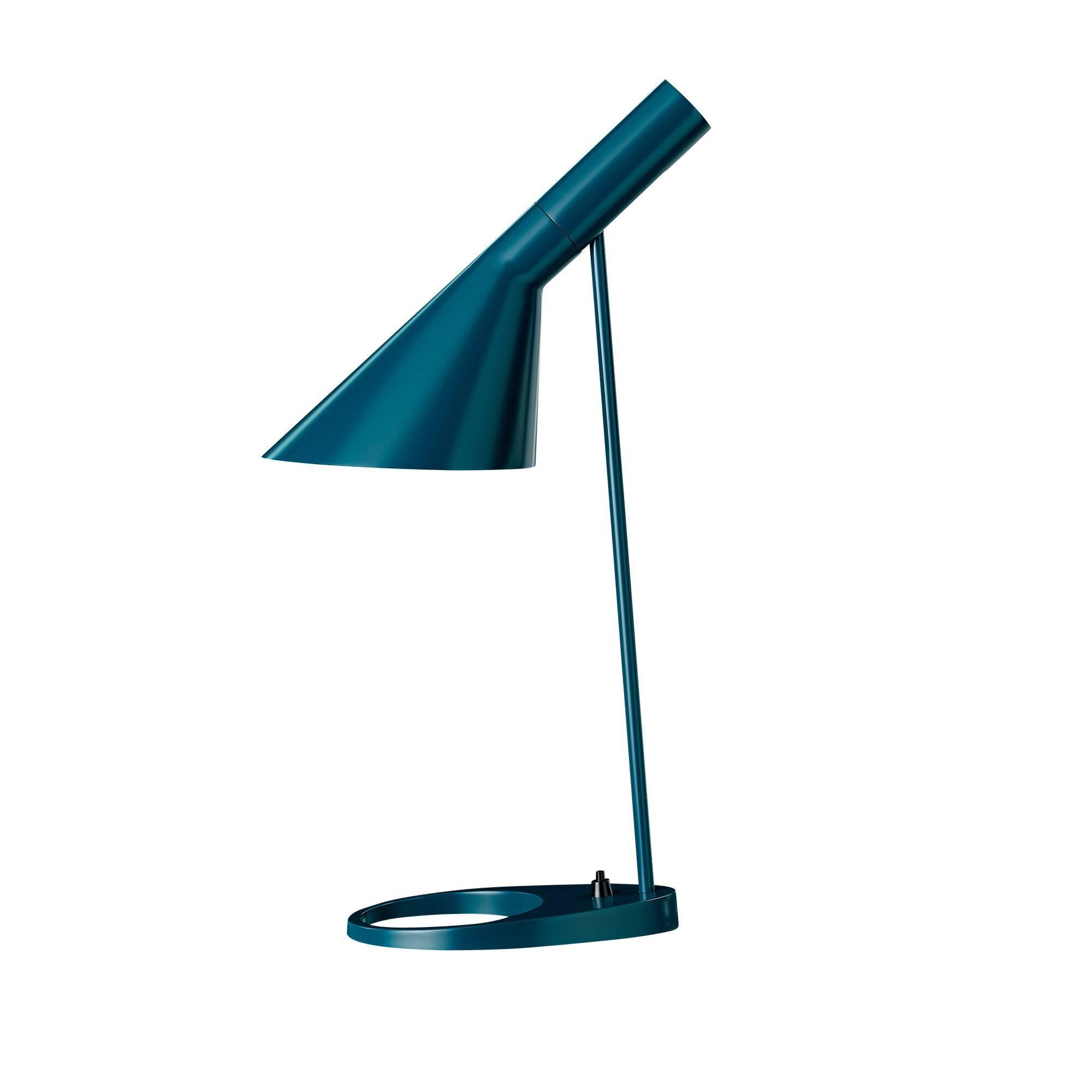 Настольный светильник AJ EBНастольные<br>Датский архитектор французского происхождения Арне Якобсен в процессе проектирования копенгагенского отеля Radisson SAS Royal в 1957 году разработал простой и невероятно изысканный стиль Visor. Прямые линии, смелые образы и неожиданные формы — все это Арне вкладывал в свой проект, не пропуская никаких мелких деталей, включая внешний вид столовых приборов отеля. В этом же стиле Visor представлен настольный светильник AJ EB.<br><br><br> Для его изготовления применены новейшие технологии обработк...<br><br>stock: 0<br>Высота: 56<br>Диаметр: 16<br>Длина: 21,5<br>Количество ламп: 1<br>Материал абажура: Металл<br>Материал арматуры: Металл<br>Мощность лампы: 60<br>Ламп в комплекте: Нет<br>Тип лампы/цоколь: E27<br>Цвет абажура: Синий<br>Цвет арматуры: Синий