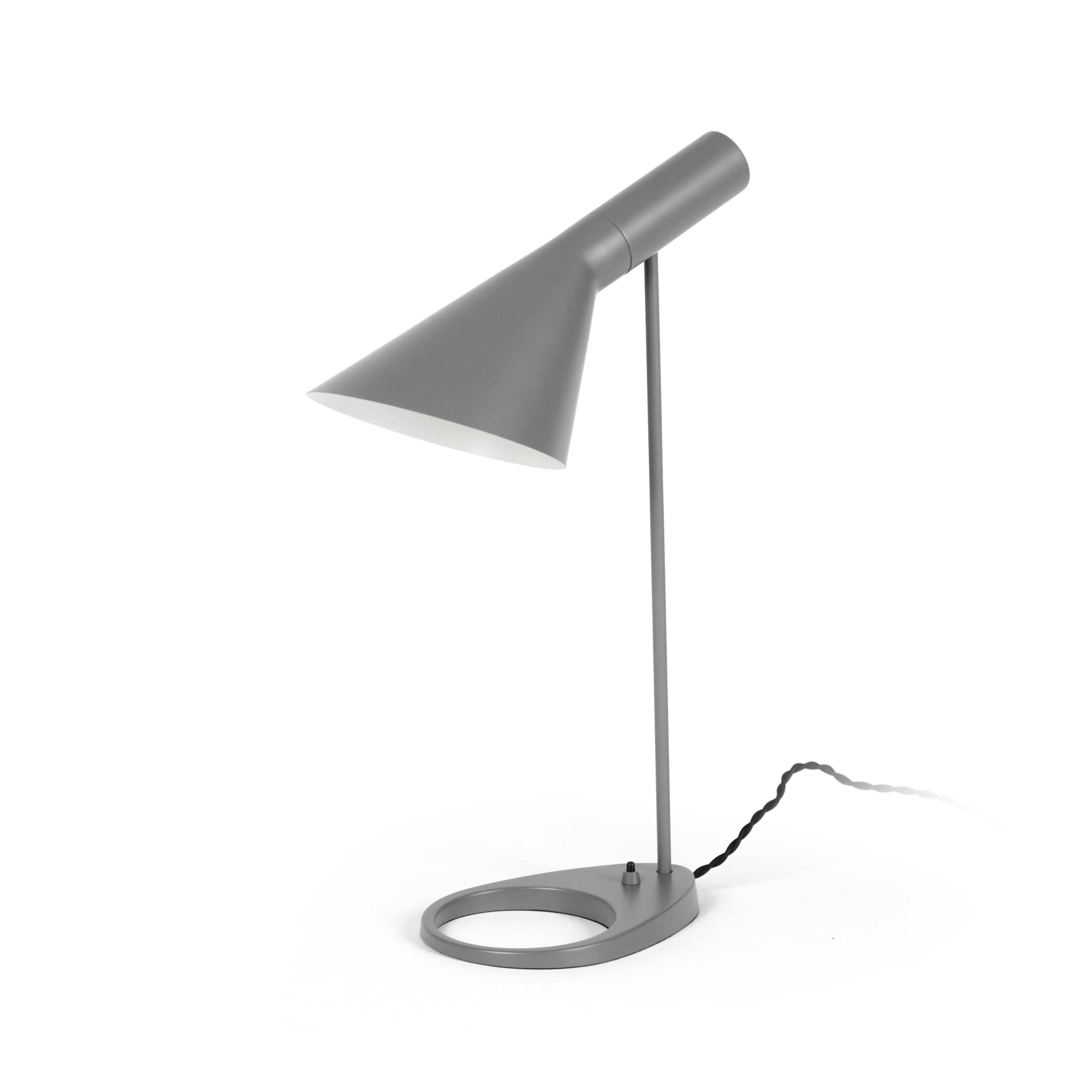 Настольный светильник AJ EBНастольные<br>Датский архитектор французского происхождения Арне Якобсен в процессе проектирования копенгагенского отеля Radisson SAS Royal в 1957 году разработал простой и невероятно изысканный стиль Visor. Прямые линии, смелые образы и неожиданные формы — все это Арне вкладывал в свой проект, не пропуская никаких мелких деталей, включая внешний вид столовых приборов отеля. В этом же стиле Visor представлен настольный светильник AJ EB.<br><br><br> Для его изготовления применены новейшие технологии обработк...<br><br>stock: 5<br>Высота: 56<br>Диаметр: 16<br>Длина: 21,5<br>Количество ламп: 1<br>Материал абажура: Металл<br>Материал арматуры: Металл<br>Мощность лампы: 60<br>Ламп в комплекте: Нет<br>Тип лампы/цоколь: E27<br>Цвет абажура: Серый<br>Цвет арматуры: Серый