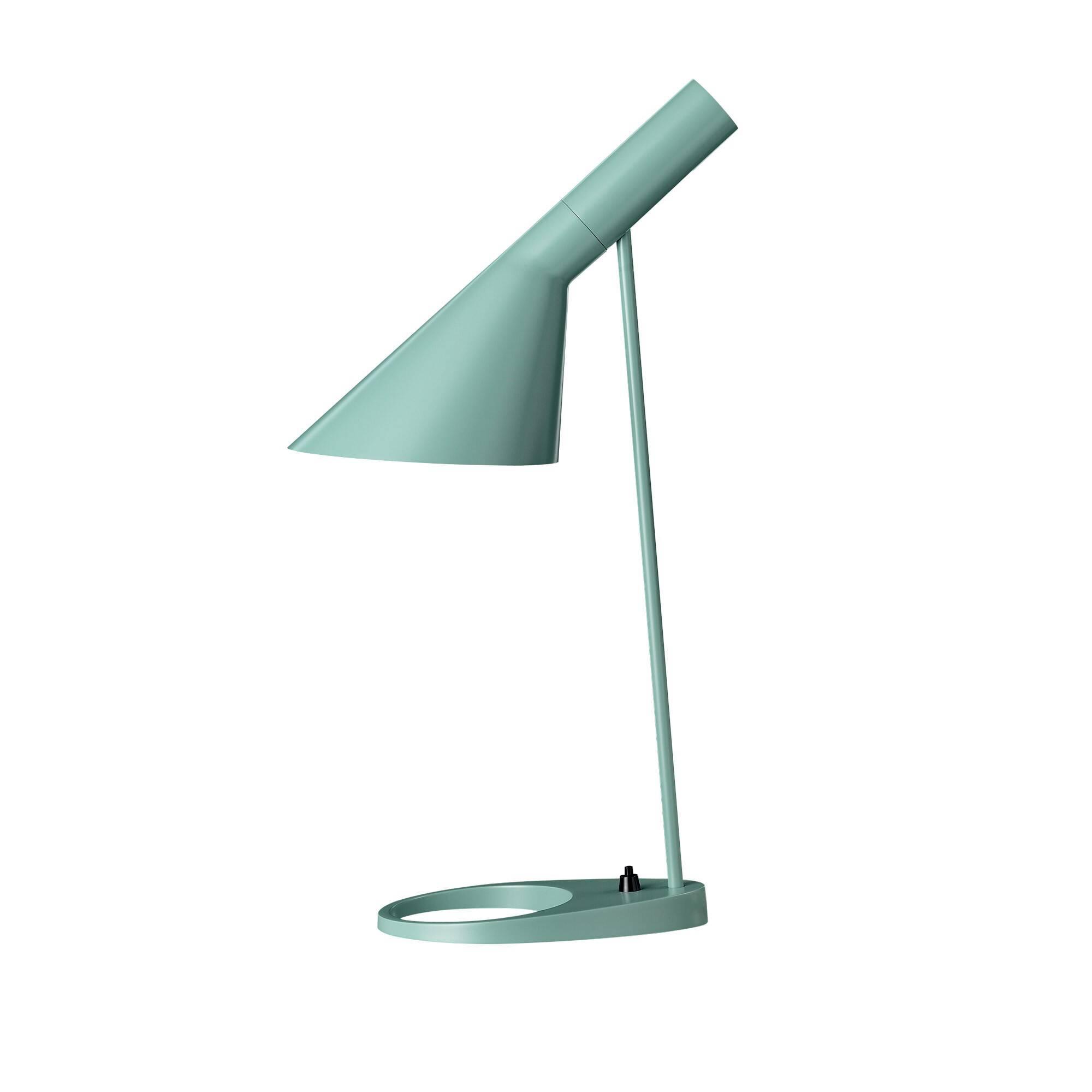 Настольный светильник AJ EBНастольные<br>Датский архитектор французского происхождения Арне Якобсен в процессе проектирования копенгагенского отеля Radisson SAS Royal в 1957 году разработал простой и невероятно изысканный стиль Visor. Прямые линии, смелые образы и неожиданные формы — все это Арне вкладывал в свой проект, не пропуская никаких мелких деталей, включая внешний вид столовых приборов отеля. В этом же стиле Visor представлен настольный светильник AJ EB.<br><br><br> Для его изготовления применены новейшие технологии обработк...<br><br>stock: 0<br>Высота: 56<br>Диаметр: 16<br>Длина: 21,5<br>Количество ламп: 1<br>Материал абажура: Металл<br>Материал арматуры: Металл<br>Мощность лампы: 60<br>Ламп в комплекте: Нет<br>Тип лампы/цоколь: E27<br>Цвет абажура: Бирюзовый<br>Цвет арматуры: Бирюзовый