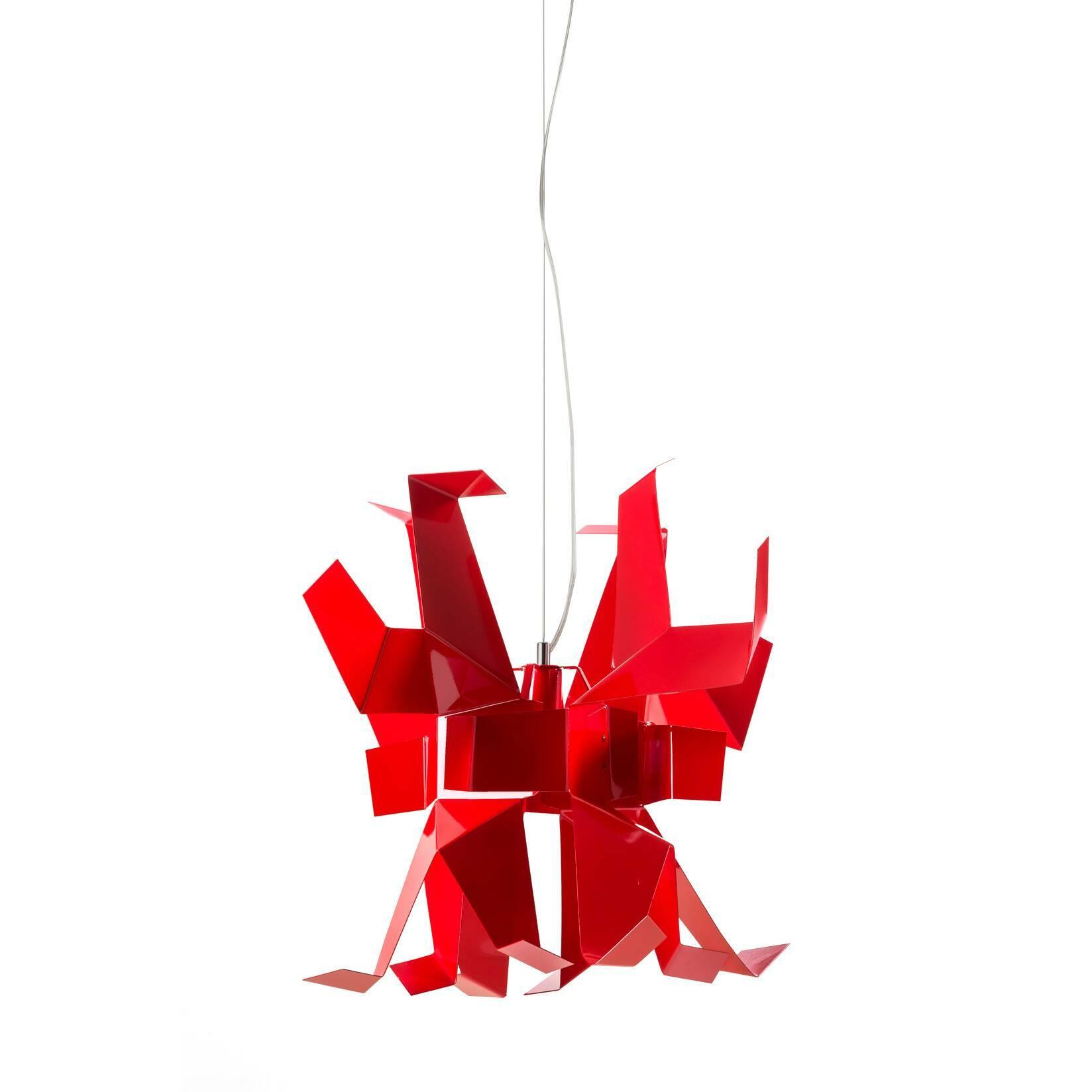 Подвесной светильник GlowПодвесные<br>Подвесной светильник Glow придётся по нраву любителям неординарных решений в области дизайна. Идея создания этого креативного осветительного прибора принадлежит Энрико Франзолини, автору утончённых и изысканных предметов декора. Большинство его работ отличает многогранность фактуры и скульптурная элегантность.<br><br><br>По-настоящему смелая геометрия потолочного светильника Glow внесёт свежие нотки современного стиля в дизайн помещения. Металлические пластины сочного красного цвета образуют св...<br><br>stock: 2<br>Высота: 50<br>Ширина: 55<br>Длина: 55<br>Количество ламп: 1<br>Материал абажура: Металл<br>Ламп в комплекте: Нет<br>Напряжение: 220<br>Тип лампы/цоколь: E27<br>Цвет абажура: Красный