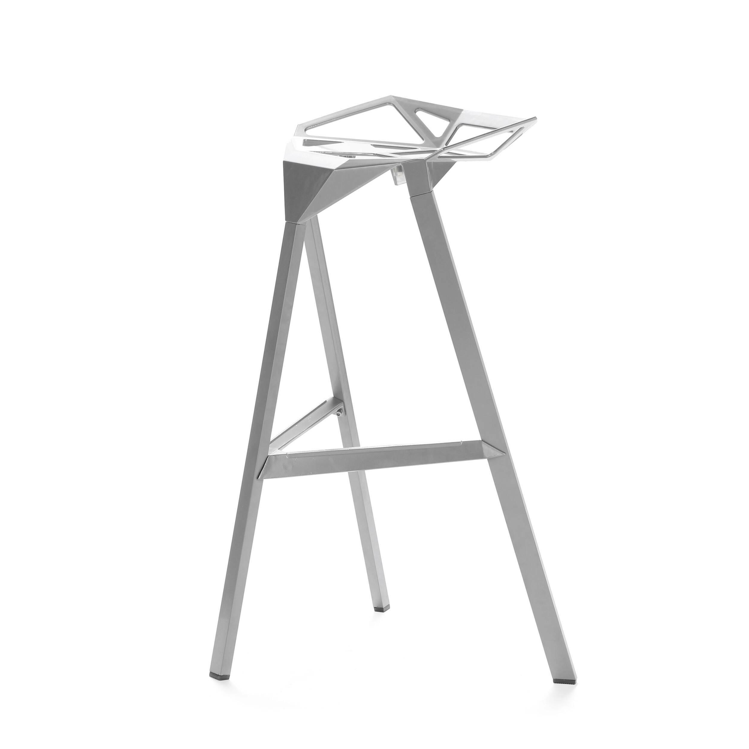 Барный стул OneБарные<br>Дизайнерский креативный барный стул One (Уан) из алюминия на трех ножках от Cosmo (Космо). <br><br>     Легендарный барный стул One отличается стильным и эпатажным внешним видом, при этом он очень удобен в использовании. Литые алюминиевые планки, причудливо соединtнные между собой в практичное сиденье, в своей передней части переходят в каркасную опору из трех широко поставленных ножек. Индустриальный минимализм такого стула неоспорим, но для конструктивного стиля он также превосходно подойдет. Л...<br><br>stock: 0<br>Высота: 82,5<br>Высота сиденья: 77<br>Ширина: 41<br>Глубина: 36<br>Тип материала каркаса: Алюминий<br>Цвет каркаса: Серебряный