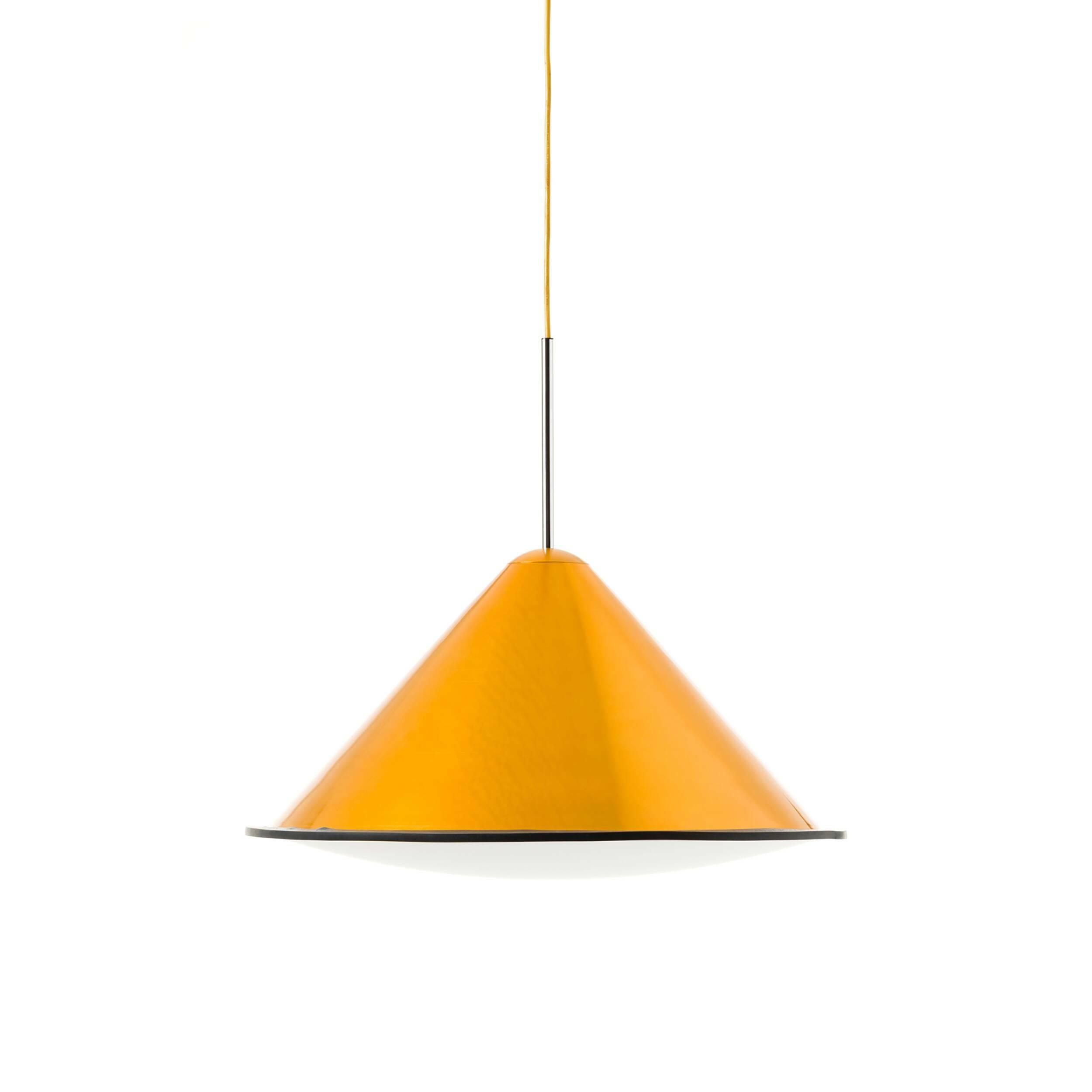 Подвесной светильник Cone диаметр 55Подвесные<br>Источником вдохновения для подвесного светильника Cone D55<br> стала профессиональная фототехника. Этим объясняется особое отношение к свету и его универсальности.<br><br><br><br>Плафон Cone D55 с внутренней белой поверхностью из акрила равномерно распределяет световой луч, придавая ему выразительность и качества естественного дневного света.<br><br>stock: 0<br>Высота: 120<br>Диаметр: 55<br>Количество ламп: 1<br>Материал абажура: Акрил<br>Материал арматуры: Металл<br>Ламп в комплекте: Нет<br>Напряжение: 220<br>Тип лампы/цоколь: E27<br>Цвет абажура: Золотой