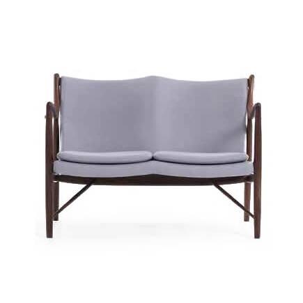 Диван NV45Двухместные<br>Дизайнерский небольшой двухместный легкий диван NV45 (НВ45) на длинных ножках от Cosmo (Космо)<br><br><br> Финн Юль был пионером датского дизайна. В 1945 году он создал этот фантастический диван, ставший одной из первых работ, в которых он явно разрушал существовавшие традиции, освободив сиденье и спинку от несущей рамы. В результате получился простой и элегантный диван, который охарактеризовал весь стиль Финна Юля и сделал его всемирно известным дизайнером. Работа была названа просто: «45».<br><br>...<br><br>stock: 0<br>Высота: 83<br>Высота сиденья: 42,5<br>Глубина: 76<br>Длина: 118<br>Материал каркаса: Массив ореха<br>Материал обивки: Хлопок<br>Тип материала каркаса: Дерево<br>Коллекция ткани: Charles Fabric<br>Тип материала обивки: Ткань<br>Цвет обивки: Серый<br>Цвет каркаса: Орех