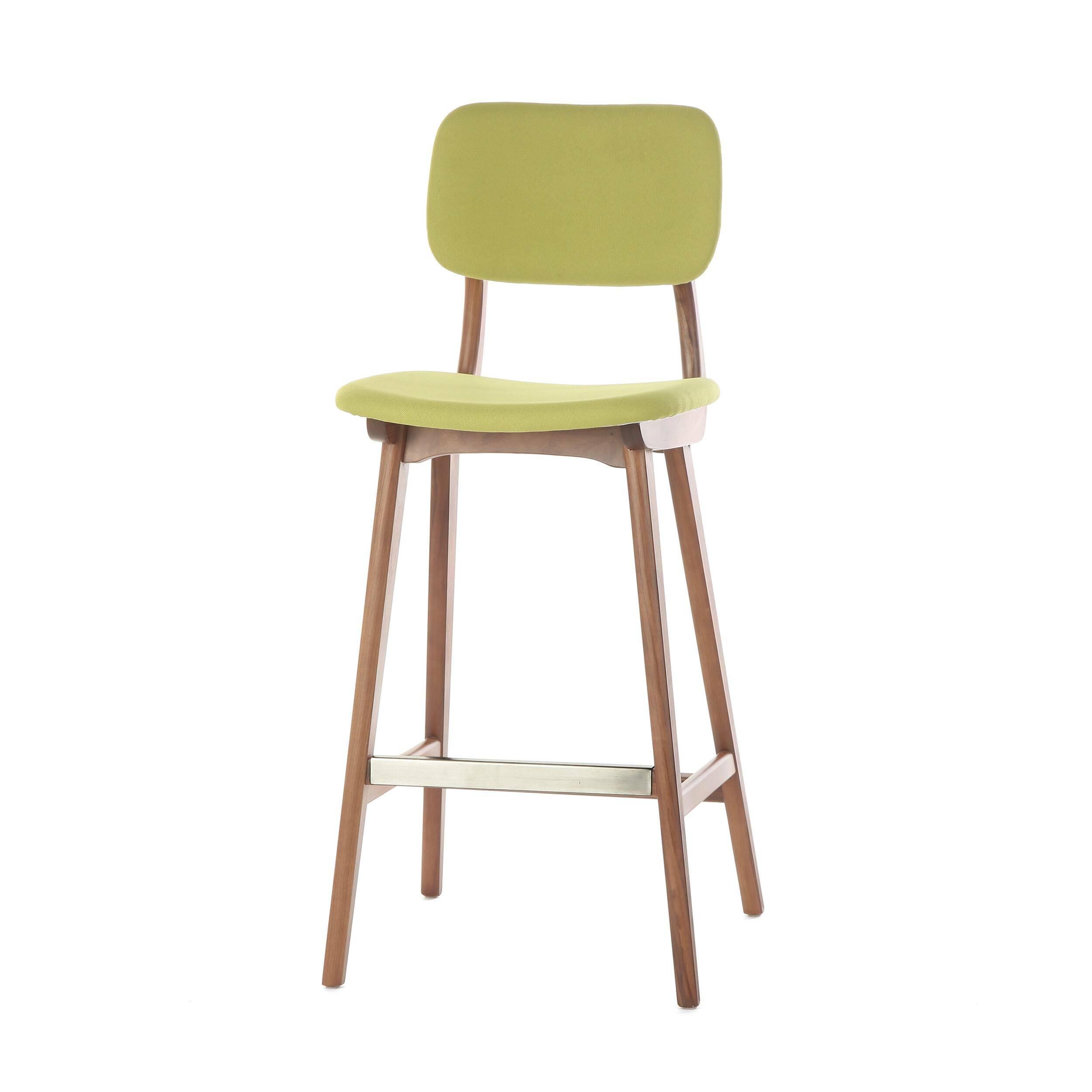 Барный стул Civil 2Барные<br>Простой дизайн и комфорт, стиль и изящество элитного дерева — все это сочетается в представленном здесь барном стуле Civil 2. Этот стул будет прекрасно смотреться не только в офисе или кабинете, но также подойдет и в квартиру. Благодаря двум вариантам обивки, имеющимся в наличии, вы сможете подобрать стул, который подойдет именно вашему интерьеру.<br><br><br> В качестве основного материала для изготовления этих стульев используется высококачественная, невероятно прочная древесина американского...<br><br>stock: 3<br>Высота: 100<br>Высота сиденья: 76<br>Ширина: 45<br>Глубина: 54,5<br>Материал каркаса: Массив ореха<br>Тип материала каркаса: Дерево<br>Материал сидения: Полиэстер<br>Цвет сидения: Зеленый<br>Тип материала сидения: Ткань<br>Коллекция ткани: Gabriel Fabric<br>Цвет каркаса: Орех