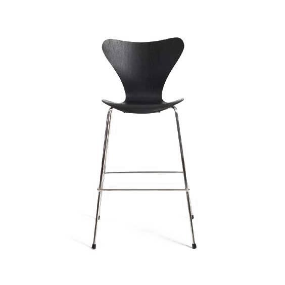 Барный стул S7Барные<br>Барный стул S7 был создан знаменитым датским дизайнером и архитектором Арне Якобсеном. Художник помимо своей основной деятельности занимался созданием оригинальных стульев и другой мебели, чем заслужил популярность по всему миру. Данное изделие отличается своей высокой фигурной спинкой, благодаря которой вы сможете устроиться с максимальным комфортом и почувствовать настоящий домашний уют.<br><br><br> Оригинальная спинка барного стула S7 плавно перетекает в удобное сиденье в виде неглубокой чаш...<br><br>stock: 0<br>Высота: 109,5<br>Высота сиденья: 73,5<br>Ширина: 57<br>Глубина: 56,5<br>Цвет ножек: Хром<br>Материал сидения: Фанера, шпон дуба<br>Цвет сидения: Черный<br>Тип материала сидения: Дерево<br>Тип материала ножек: Сталь нержавеющая