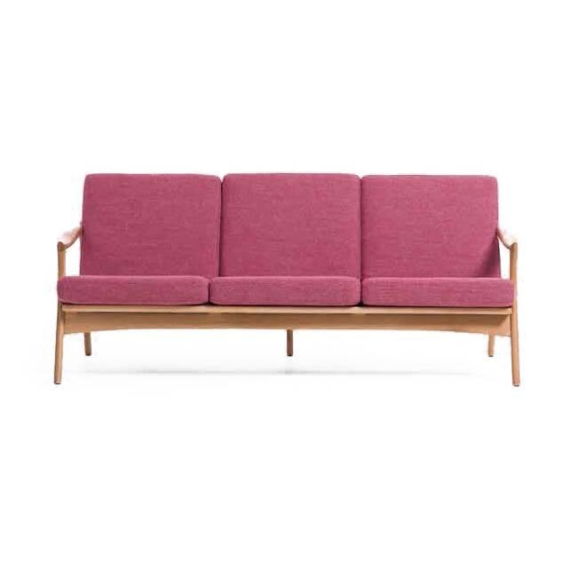 Диван Model 711 длина 183,5Трехместные<br>Диван Model 711 длина 183,5 — творение Фредрика Кайзера, который является одним из наиболее уважаемых проектировщиков мебели из Норвегии. Яркая, функциональная, современная и легкая — вот особенности мебели Фредрика Кайзера, но кроме этого, их же можно описать как классические, с явным влиянием ремесленных традиций «датского» мебельного дизайна.<br><br><br> Диван выполнен в невероятно легком и свежем дизайне и порадует как любителей классического стиля, так и приверженце минимализма. Каркас див...<br><br>stock: 0<br>Высота: 77<br>Высота сиденья: 39,5<br>Глубина: 81<br>Длина: 183,5<br>Материал каркаса: Массив дуба<br>Материал обивки: Полиэстер<br>Тип материала каркаса: Дерево<br>Коллекция ткани: Gabriel Fabric<br>Тип материала обивки: Ткань<br>Цвет обивки: Розовый<br>Цвет каркаса: Дуб