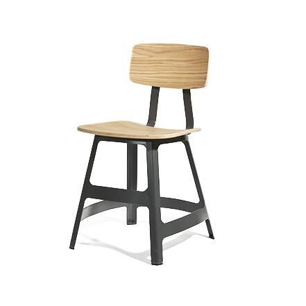 Стул YardbirdИнтерьерные<br>Оригинальный дизайн стула Yardbird был разработан популярным американским дизайнером Шоном Диксом. В творчестве автора можно найти много изделий с универсальным дизайном, которые выполнены с особенным вкусом и стилем. Таким является и стул Yardbird. Он имеет простое, но интересное и красивое оформление, способное стать настоящим украшением любой кухни.<br><br><br> Стул Yardbird был создан на основе только лучших материалов. Деревянная спинка и сиденье изготовлены из прочной и надежной древесины ...<br><br>stock: 0<br>Высота: 75<br>Высота сиденья: 45,5<br>Ширина: 40<br>Глубина: 47<br>Тип материала каркаса: Сталь<br>Материал сидения: Фанера, шпон дуба<br>Цвет сидения: Дуб<br>Тип материала сидения: Дерево<br>Цвет каркаса: Черный