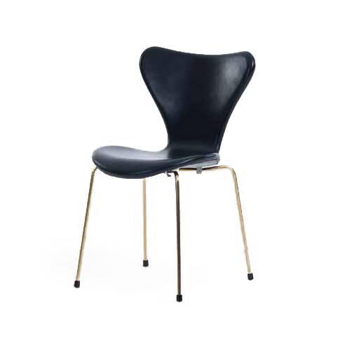 Стул S7Интерьерные<br>Эта фантазия на тему знаменитого стула «Муравей» гения датского минимализма Арне Якобсена, который он довел до совершенства в своей «Серии 7» 1955 года, придется по вкусу всем: дети оценят необычную форму стула, а взрослые — лаконичный дизайн и функциональность.<br><br><br> Выглядит он просто: четыре ножки из стали и каркас из натурального дерева, но секрет в спинке и сиденье — они сделаны из единого куска фанеры, что не просто практично, а еще и очень удобно. Стул S7 легко составит конкуренци...<br><br>stock: 0<br>Высота: 79,5<br>Высота сиденья: 44<br>Ширина: 49,5<br>Глубина: 53<br>Цвет ножек: Латунь<br>Цвет сидения: Черный<br>Тип материала сидения: Кожа<br>Коллекция ткани: Standart Leather<br>Тип материала ножек: Сталь нержавеющая