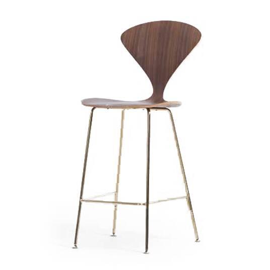 Барный стул SlimБарные<br>Барный стул Slim — это современная интерпретация легендарного стула Cherner, придуманного в 1958 году американским дизайнером Норманом Чернером. Модель Slim представлена в фанерном корпусе из белого дуба и обита тканью для большего удобства. Несмотря на кажущуюся хрупкость конструкции барный стул Slim очень прочен и устойчив.<br><br><br> До недавнего времени мебель Чернера была доступна лишь немногим счастливчикам-коллекционерам, а теперь их ряды можете пополнить и вы. Поставьте несколько стуль...<br><br>stock: 0<br>Высота: 110,5<br>Высота сиденья: 72,5<br>Ширина: 47<br>Глубина: 51<br>Цвет ножек: Латунь<br>Материал сидения: Фанера, шпон ореха<br>Цвет сидения: Орех<br>Тип материала сидения: Дерево<br>Тип материала ножек: Сталь нержавеющая
