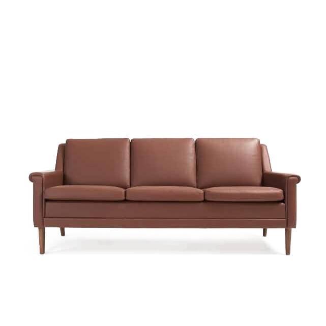 Диван Holger длина 187Трехместные<br>Диван Holger длина 187 — это прекрасный вариант для строгой, но уютной обстановки. Изделие обладает утонченным дизайном, его форма — прекрасный образец элегантности и стиля. Диван обладает чертами многих дизайнерских направлений. Он подойдет для немецкого стиля, стиля лофт, ар-деко, классика.<br><br><br> Диван Holger длина 187 весьма радует своими габаритами. Несмотря на то что он подойдет для небольшой компании, он не выглядит слишком большим. Обивка дивана сделана из натуральной кожи — прекр...<br><br>stock: 0<br>Высота: 80<br>Высота сиденья: 43,5<br>Глубина: 82<br>Длина: 187<br>Цвет ножек: Орех<br>Материал ножек: Массив ореха<br>Коллекция ткани: Standart Leather<br>Тип материала обивки: Кожа<br>Тип материала ножек: Дерево<br>Цвет обивки: Коричневый