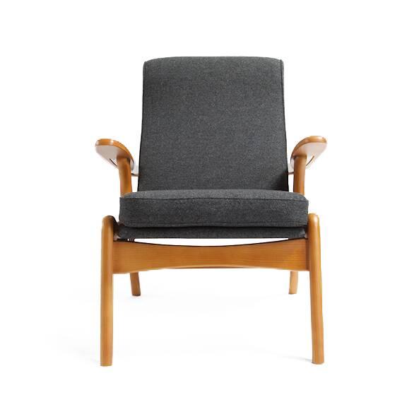 Кресло Orla PlankИнтерьерные<br>Стильное и удобное кресло Orla Plank будет красиво смотреться в любом современном интерьере. Про эту модель можно смело сказать, что она выполнена со вкусом: роскошное широкое сиденье и высокая спинка, широкие винтажные подлокотники, интересная конструкция ножек и сдержанные классические цвета – кресло определенно способно преобразить современный домашний интерьер.<br><br><br> Кресло Orla Plank трудно соотнести с каким-либо одним дизайнерским направлением, однако его форма и цветовая гамма наибо...<br><br>stock: 0<br>Высота: 87,5<br>Высота сиденья: 45<br>Ширина: 68,5<br>Глубина: 86<br>Материал каркаса: Массив дуба<br>Материал обивки: Хлопок, Лен<br>Тип материала каркаса: Дерево<br>Коллекция ткани: Ray Fabric<br>Тип материала обивки: Ткань<br>Цвет обивки: Темно-серый<br>Цвет каркаса: Коричневый