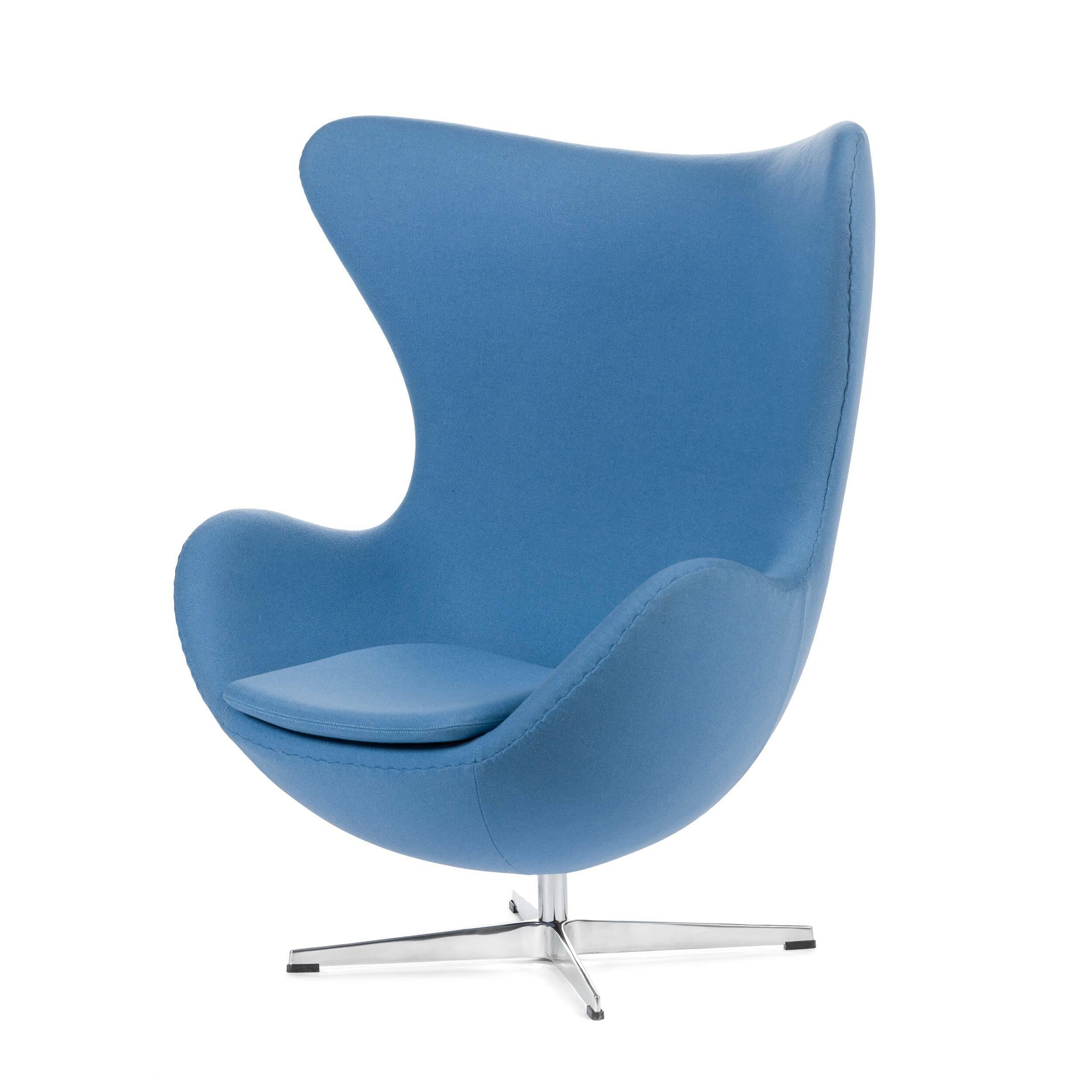 Кресло EggИнтерьерные<br>Дизайнерское комфортное кресло Egg (Эгг) в форме яйца на узкой ножке от Cosmo (Космо).<br><br><br> Кресло, своими очертаниями напоминающее яйцо, — одно из самых известных творений датского дизайнера Арне Якобсена. Вряд ли оно когда-нибудь выйдет из моды — уж слишком велик диапазон его интерьерных возможностей. Кроме того, обыгрывать данную форму помогают различные фактуры и цвета обивок.<br><br><br> Особенно приятно и солидно смотрится оригинальное кресло Egg в обивке из натуральной кожи, представлен...<br><br>stock: 1<br>Высота: 105,5<br>Высота сиденья: 41<br>Ширина: 87<br>Глубина: 82<br>Цвет ножек: Хром<br>Материал обивки: Шерсть, Нейлон<br>Коллекция ткани: T Fabric<br>Тип материала обивки: Ткань<br>Тип материала ножек: Алюминий<br>Цвет обивки: Светло-голубой