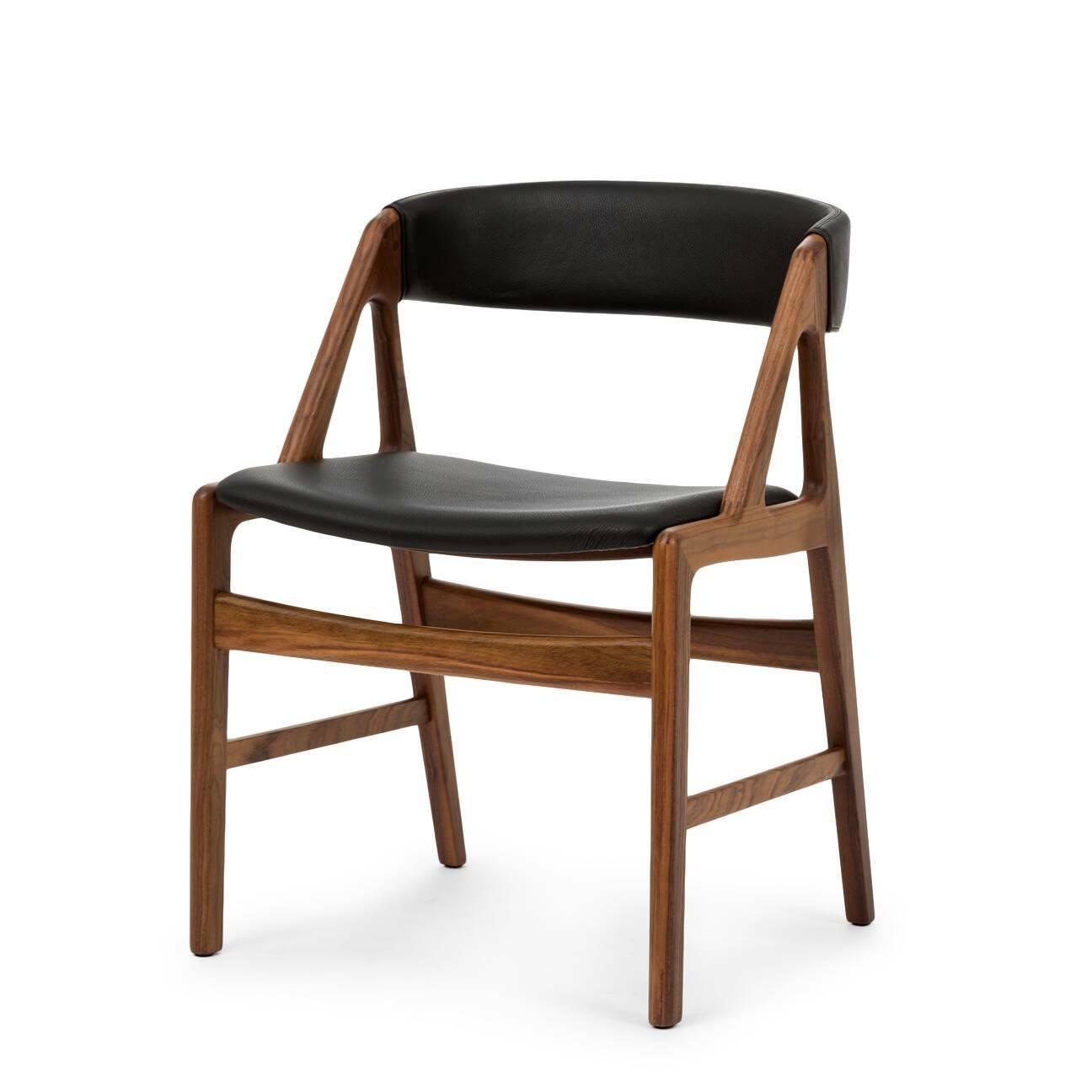 Стул DagaИнтерьерные<br>Дизайнерский легкий стул Daga (Дага) из массива ореха с кожаной обивкой сиденья и спинки от Cosmo (Космо).<br><br><br> Большинство стульев и табуретов могут использоваться в различных видах помещений, от офисной обстановки до теплой и уютной кухонной атмосферы. Таков и стул Daga, выполненный в строгом классическом стиле.<br><br><br> Лаконичность и роскошь — именно эти слова отлично характеризуют стул Daga. Оригинальный широкий каркас из американского ореха, известного своей прочностью и роскошным тем...<br><br>stock: 0<br>Высота: 72,5<br>Высота сиденья: 45<br>Ширина: 53<br>Глубина: 51,5<br>Материал каркаса: Массив ореха<br>Тип материала каркаса: Дерево<br>Цвет сидения: Черный<br>Тип материала сидения: Кожа<br>Коллекция ткани: Deluxe<br>Цвет каркаса: Орех