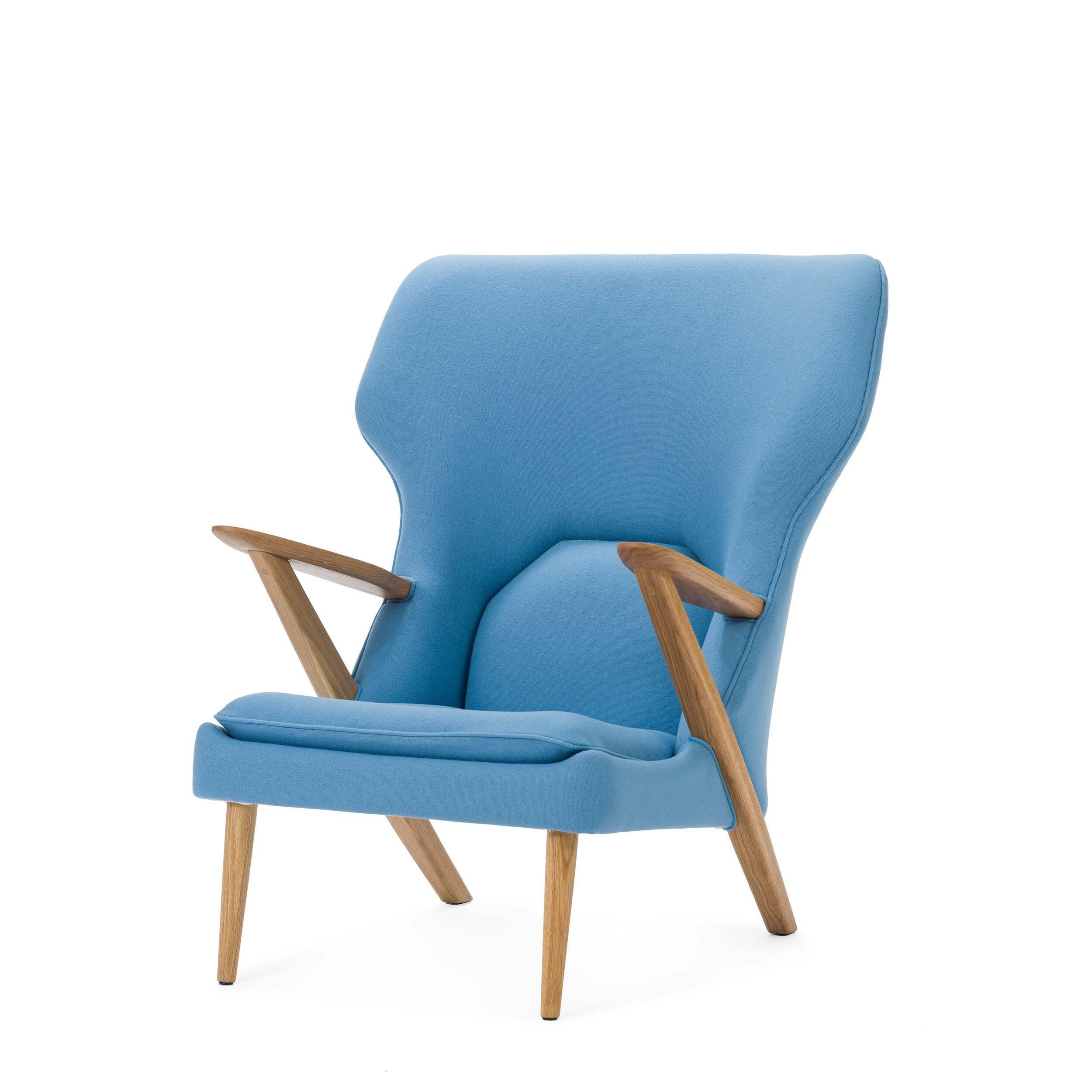 Кресло Little BearИнтерьерные<br>Дизайнерское легкое комфортное кресло Little Bear (Литл Бир) с широкой спинкой и деревянным каркасом от Cosmo (Космо).<br><br><br> Датчанина Ханса Вегнера по праву можно величать королем стульев — за всю жизнь он спроектировал их около пятисот. Его творения входят в коллекцию всех музеев современного искусства, от Центра Помпиду до MoMA, на кресле «Бык» сидит Доктор Зло в «Остине Пауэрсе», в креслах Вегнера вели дебаты Кеннеди и Никсон и снимался Дмитрий Медведев.<br><br><br> Вегнер, верный птенец гн...<br><br>stock: 0<br>Высота: 94<br>Высота сиденья: 37<br>Ширина: 82,5<br>Глубина: 87<br>Материал каркаса: Массив дуба<br>Материал обивки: Шерсть, Нейлон<br>Тип материала каркаса: Дерево<br>Коллекция ткани: T Fabric<br>Тип материала обивки: Ткань<br>Цвет обивки: Светло-голубой<br>Цвет каркаса: Дуб