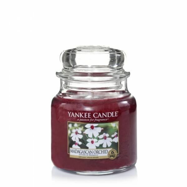 Свеча средняя в стеклянной банке Madagascan OrchidПодсвечники и свечи<br>Свеча средняя в стеклянной банке Madagascan Orchid — это классическая свеча с обволакивающим медово-цветочным ароматом амбры. <br> Верхние ноты — персик, бергамот, сахарный тростник, роза. Средние ноты — черная орхидея, пион, слива, мак. Базовые ноты — темная амбра, удовая древесина, сандал, пачули.<br> <br> Сделано в США.<br> Время горения 65–90 часов.<br>Вес 411 г<br><br>stock: 1<br>Высота: 12.7<br>Цвет: Бордовый<br>Диаметр: 10.7