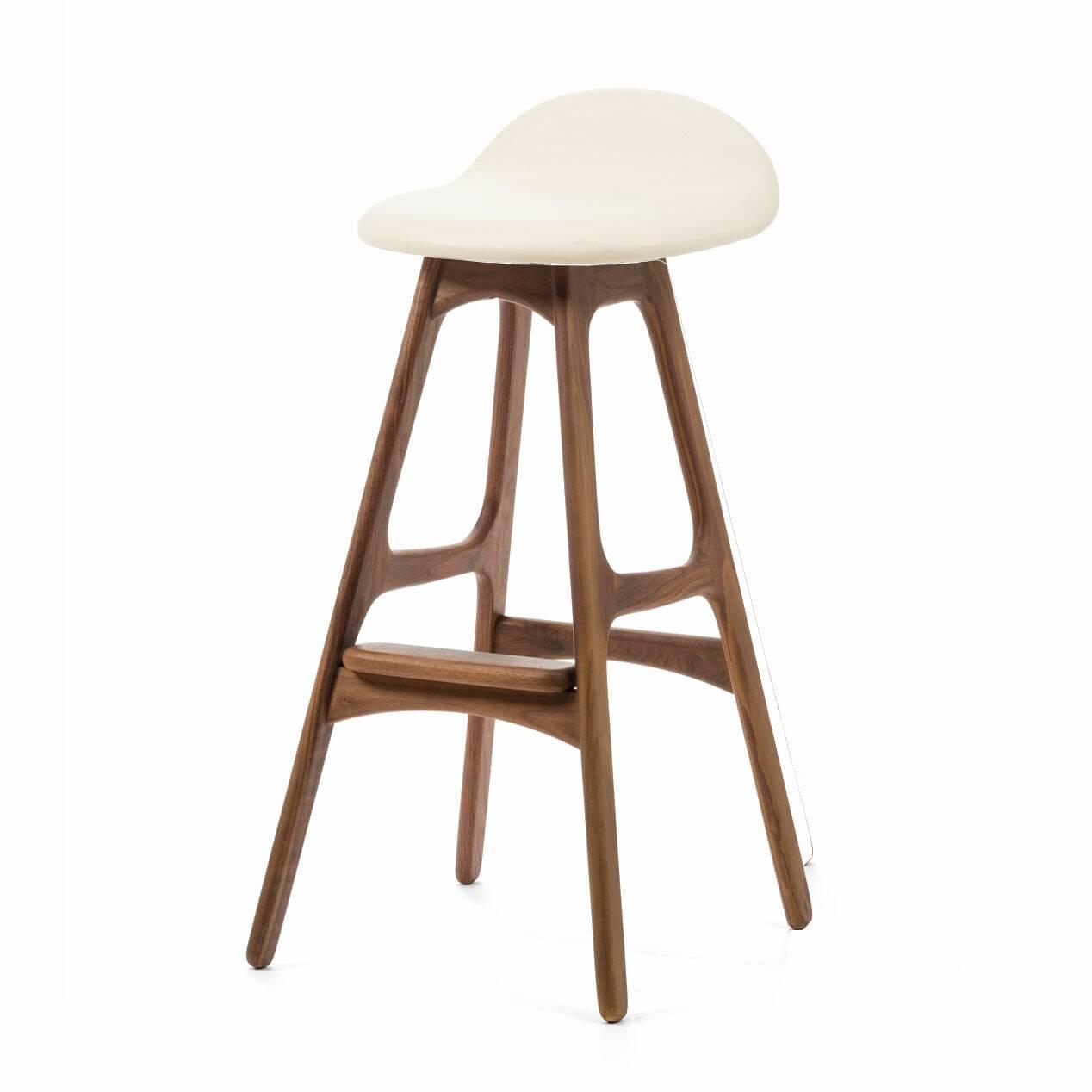 Барный стул Buch 3Барные<br>Дизайнерский барный стул Buch (Буш) без подлокотников на деревянных ножках от Cosmo (Космо).<br> Высокий барный стул Buch 3 создан еще в 1960 году дизайнером Эриком Буком, который посвятил всю свою жизнь дизайну и архитектуре. У Эрика Бука было свыше 30 коммерчески успешных дизайн-проектов, среди которых самым успешным стал именно этот барный стул, который нашел свое место в миллионах домов по всему миру. Сегодня же стулья, сконструированные Эриком Буком, по-прежнему производятся на фабриках в...<br><br>stock: 0<br>Высота: 85,5<br>Высота сиденья: 75<br>Ширина: 40<br>Глубина: 45<br>Цвет ножек: Орех<br>Материал ножек: Массив ореха<br>Материал сидения: Полиуретан<br>Цвет сидения: Белый<br>Тип материала сидения: Кожа искусственная<br>Коллекция ткани: Premium Grade PU<br>Тип материала ножек: Дерево