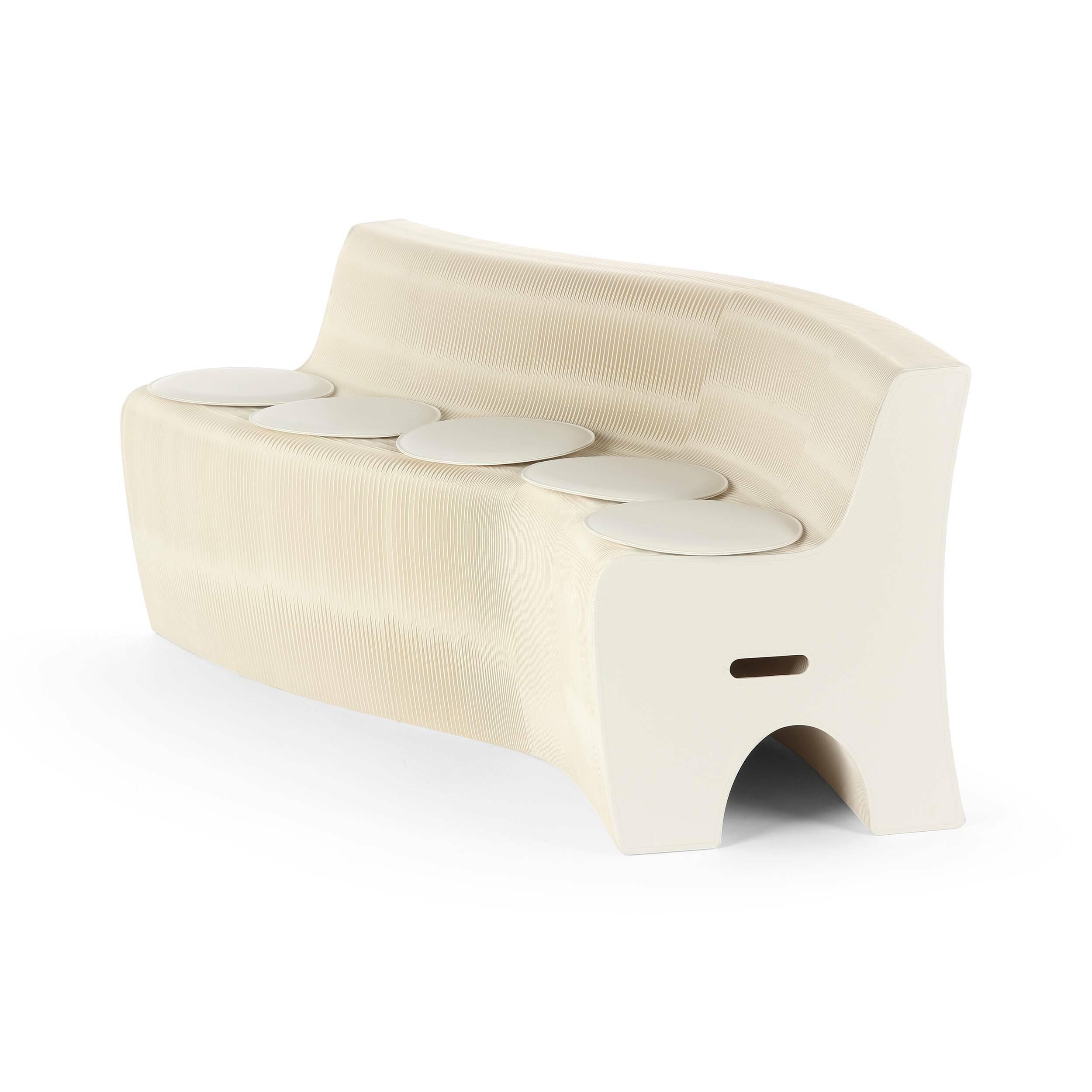 Диван бумажный на 6 персонТрехместные<br>Диван бумажный на 6 персон — это уникальное творение, созданное выдающимися дизайнерами и способное украсить собой любой современный интерьер. Изделию можно придать самую разную длину и форму — прекрасная возможность каждый день придавать домашнему интерьеру совершенно новый, свежий и интересный вид.<br><br><br> Такая мебель сделана из самой настоящей бумаги, но она совершенно не боится больших нагрузок и влаги. Мастера особым образом прессуют бумагу и пропитывают ее специальным водоотталкиваю...<br><br>stock: 5<br>Высота: 65<br>Глубина: 53<br>Длина: 12-300<br>Материал каркаса: Бумага<br>Цвет каркаса: Белый