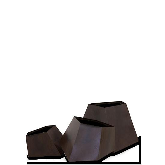 Набор ваз для цветов BouldersКашпо<br>Набор ваз для цветов Boulders — это богатая на размеры и формы линейка цветочных ваз. Вазы выполнены в трех размерных вариациях с упором на то, что помещения бывают разных площадей. Если вы живете в уютной квартирке, то вам подойдет малый набор, если же интерьер довольно просторный, то вы можете выбрать для себя вазы покрупнее. <br> <br> Вазы стилизованы под антикварные с помощью искусственного состаривания стенок — они покрыты составом с легким эффектом ржавчины. Геометрическая форма в соче...<br><br>stock: 0<br>Высота: 14,3<br>Ширина: 20,3<br>Материал: Металл окисленный<br>Цвет: Ржавчина<br>Длина: 15,5