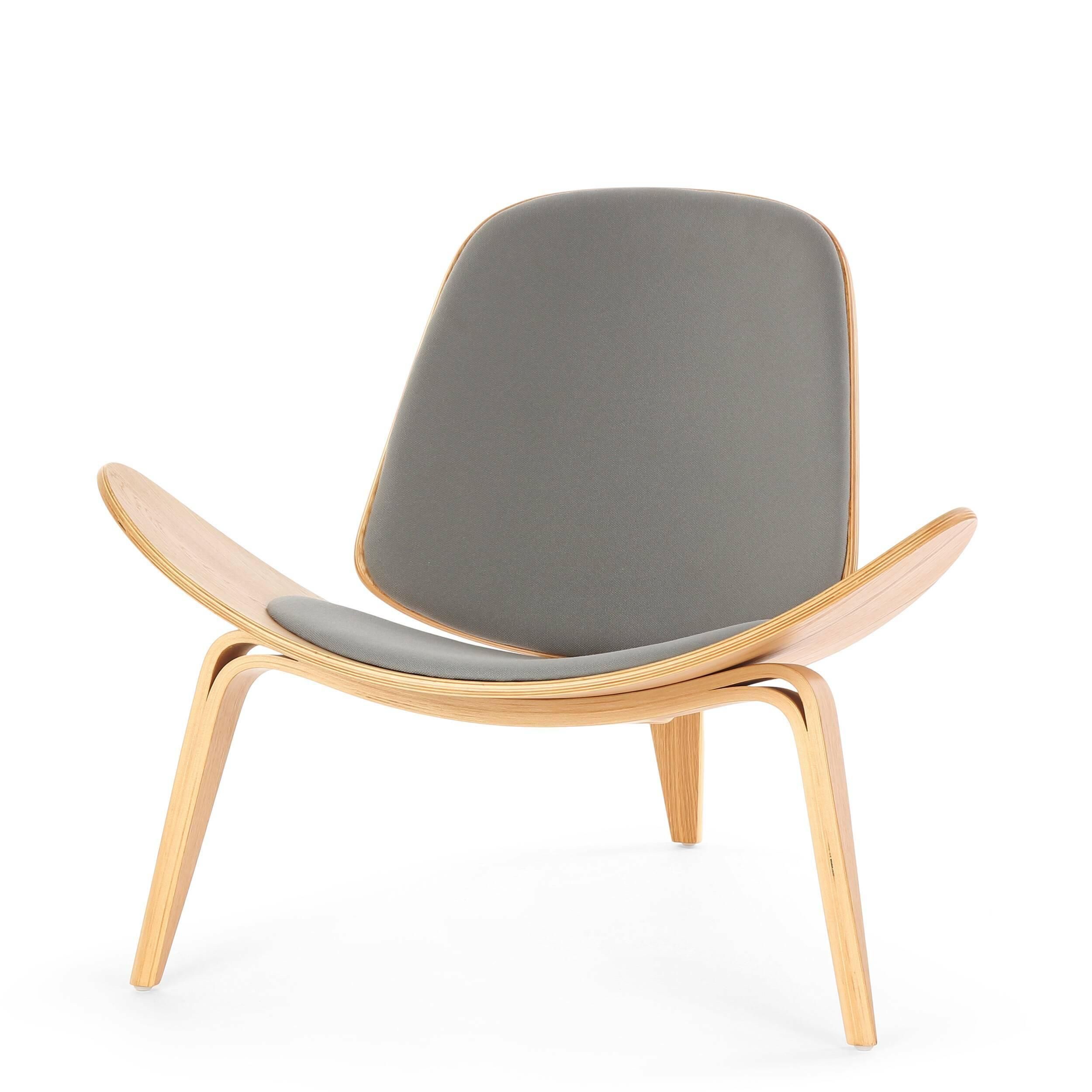 Кресло ShellИнтерьерные<br>Дизайнерское стильное кресло Shell (Шелл) с обивкой на трех ножках от Cosmo (Космо).<br><br><br> На протяжении десятилетий имя Ханса Вегнера связывалось с модернистской школой, которая превыше всего ценит функциональные аспекты. Его кресло на трех ножках Shell впервые появилось на публике в 1963 году и явилось олицетворением давней любви Ханса Вегнера к дереву с одной стороны и оригинальному, но простому дизайну с другой. Тогда было выпущено лишь несколько ограниченных серий, после чего произво...<br><br>stock: 3<br>Высота: 74,5<br>Высота сиденья: 37<br>Ширина: 91<br>Глубина: 82<br>Материал каркаса: Дуб белый<br>Материал обивки: Ткань<br>Цвет обивки: Серый<br>Цвет каркаса: Натуральный