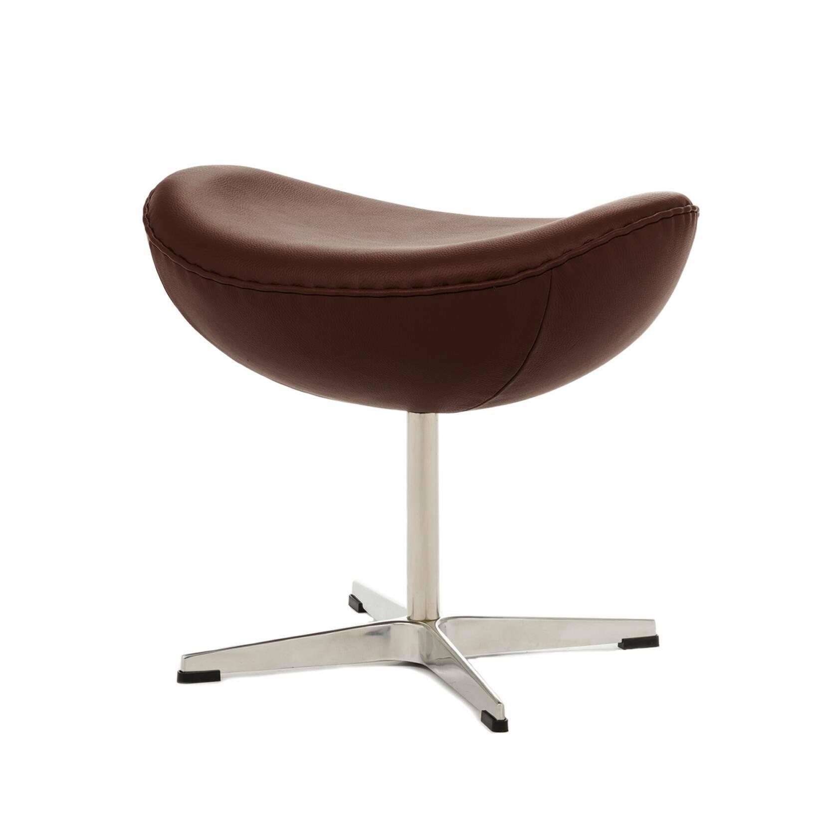 Оттоманка EggПуфы и оттоманки<br>Дизайн оттоманки Egg разработал популярный в 60–70-х годах дизайнер датского происхождения Арне Якобсен, который смог объединить в своих творениях своеобразие форм и исключительную эргономичность. Этот предмет мебели является «напарником» кресла Egg, однако может использоваться и самостоятельно благодаря своей вполне независимой конструкции.<br><br><br> Предлагаемая модель оттоманки выполнена в разнообразных — как ярких, так и нейтральных — цветах, которые будут выгодно смотреться на любом фон...<br><br>stock: 0<br>Высота: 45,5<br>Ширина: 54<br>Глубина: 38,5<br>Цвет ножек: Анодированный<br>Цвет сидения: Коричневый<br>Тип материала сидения: Кожа<br>Тип материала ножек: Алюминий