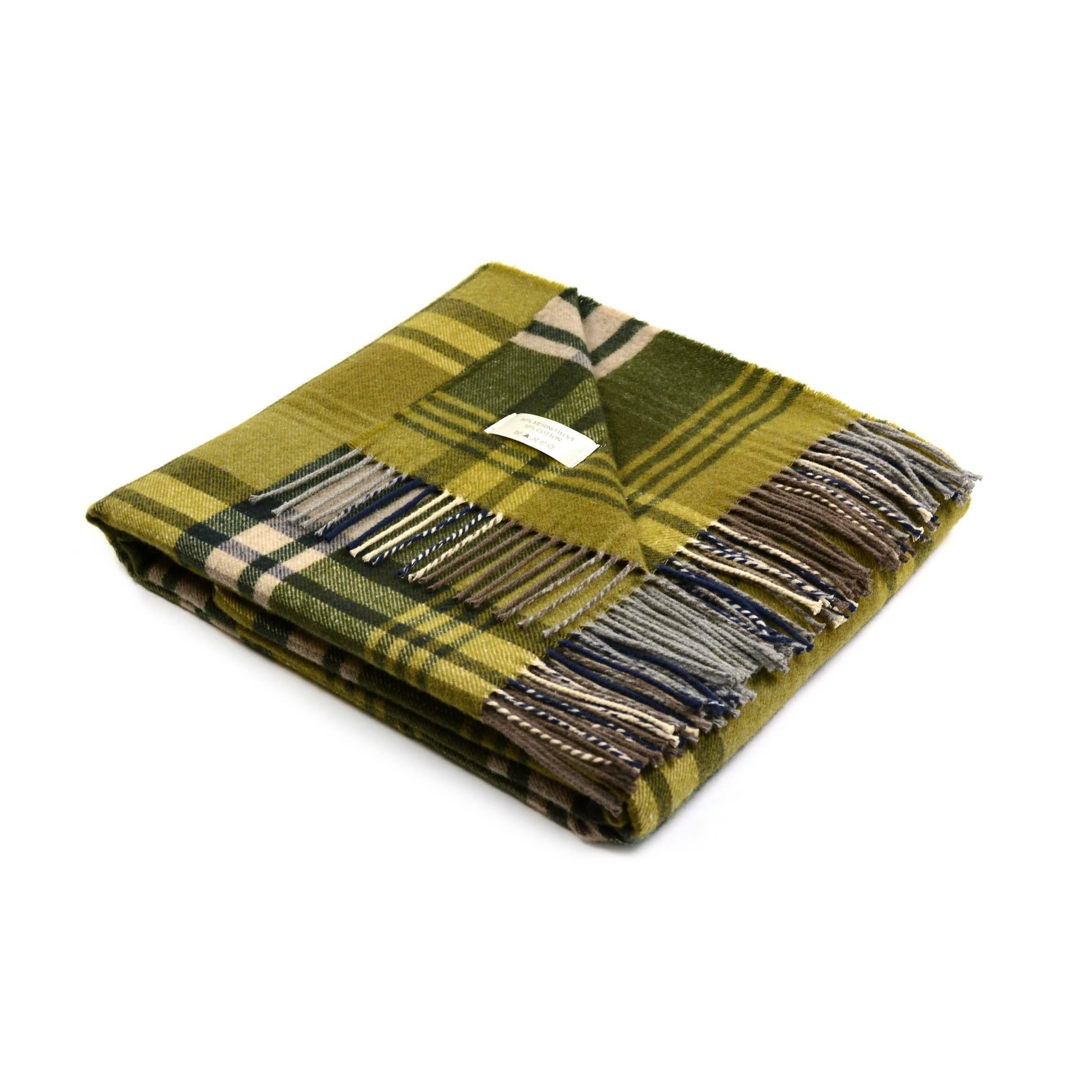 Плед IrlandaРазное<br>Плед Irlanda создан известной итальянской компанией Marzotto, чьи текстильные изделия уже завоевали себе любовь во всем мире. Дизайн данного изделия содержит в себе ирландские мотивы, за что плед и получил такое название.<br><br><br> Изделие ткется из высококачественных гипоаллергенных материалов. На 10% плед Irlanda состоит из легкого хлопка, а на 90% — из шерсти овцы породы меринос. Это прекрасный материал для подобных изделий он экологичен, обладает противомикробными свойствами, легко впитыв...<br><br>stock: 0<br>Ширина: 130<br>Материал: Шерсть, Хлопок<br>Цвет: Зелёный<br>Длина: 180