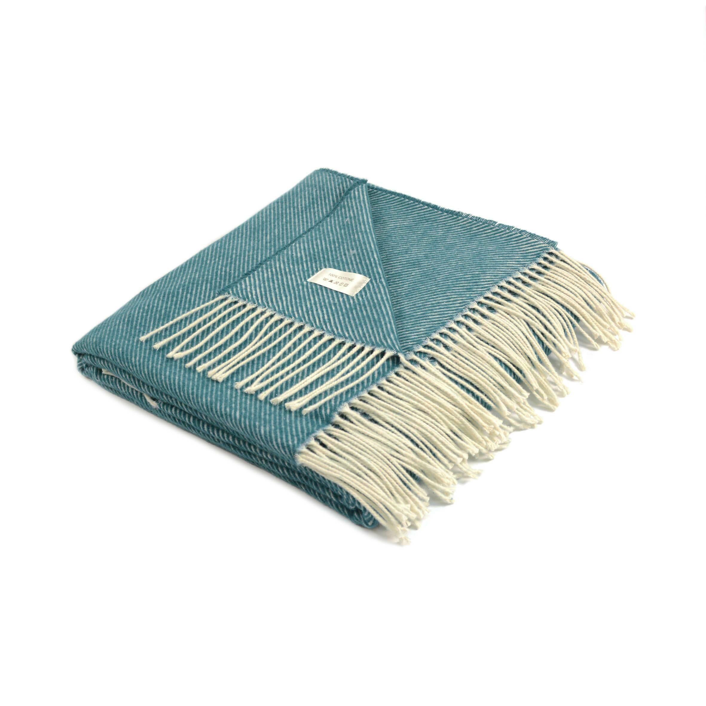 Плед PaolaРазное<br>Плед Paola — это очень мягкое, легкое покрывало, созданное итальянской компанией Marzotto. Изделия этого бренда пользуются большой популярностью во всем мире — каждое из них имеет особенный, красивый дизайн и мягкую, приятную на ощупь текстуру. Плед Paola выглядит очень уютно и нежно благодаря своей однотонной цветовой гамме с легкой привлекательной текстурой.<br><br><br> Основа изделия — натуральный хлопок. Плед очень легкий, но при этом хорошо сохраняет тепло и дышит, что позволяет использова...<br><br>stock: 0<br>Ширина: 130<br>Материал: Хлопок<br>Цвет: Бирюзовый<br>Длина: 170