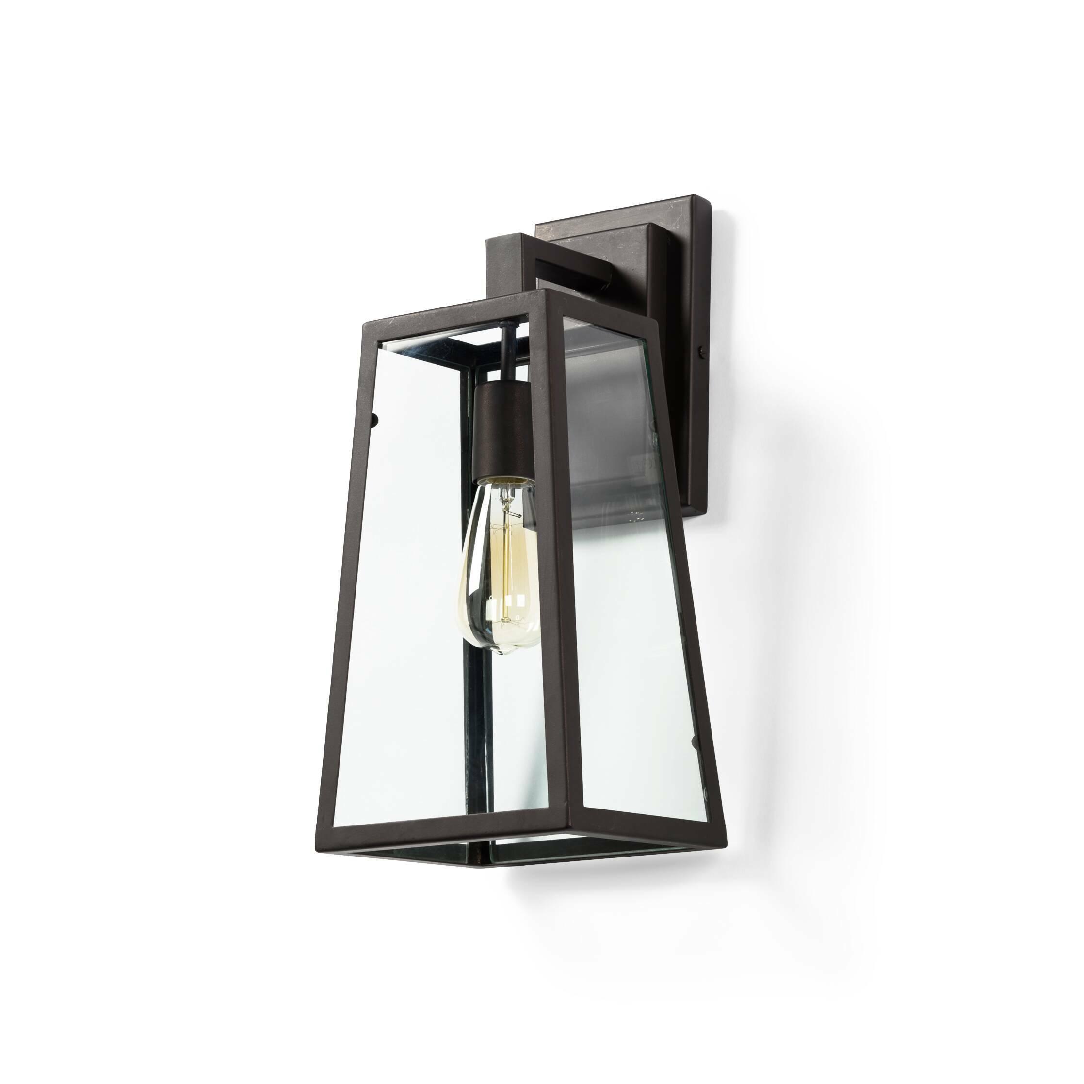 Настенный светильник LodgeНастенные<br>Настенный светильник Lodge — это современная интерпретация старинных уличных ламп. Вдохновившись образом старинных кованых ламп, дизайнеры предложили современный вариант, который сколь лаконичен, столь и причудлив. Дизайнеры избавились от большого количества граней, благодаря чему ушла некоторая часть схожести и осталась лишь небольшая стилизация, намек на источник вдохновения. Это дает возможность использовать светильник в интерьерах различной стилевой направленности, таких как лофт, китч, г...<br><br>stock: 2<br>Высота: 43<br>Длина: 20<br>Длина провода: 150<br>Количество ламп: 1<br>Материал абажура: Сталь<br>Мощность лампы: 40<br>Ламп в комплекте: Нет<br>Напряжение: 220<br>Тип лампы/цоколь: E27<br>Цвет абажура: Антикварный<br>Цвет провода: Черный