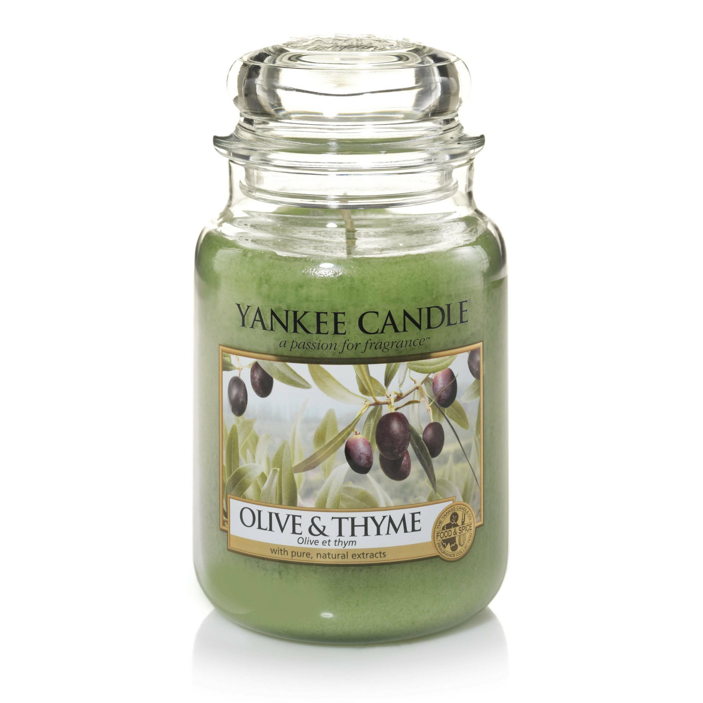 Свеча большая  в стеклянной банке Olive &amp; ThymeПодсвечники и свечи<br>Свеча большая в стеклянной банке Olive &amp; Thyme — это свежий аромат оливы и трав, цитруса и мускуса со Средиземноморского побережья. Верхняя нота — листья оливы, лимона, апельсина. Средняя нота — тимьян. Базовая нота — мускус.<br> <br> Сделано в США.<br> Время горения 110–150 часов.<br> Вес 623 г<br><br>stock: 0<br>Цвет: Зеленый