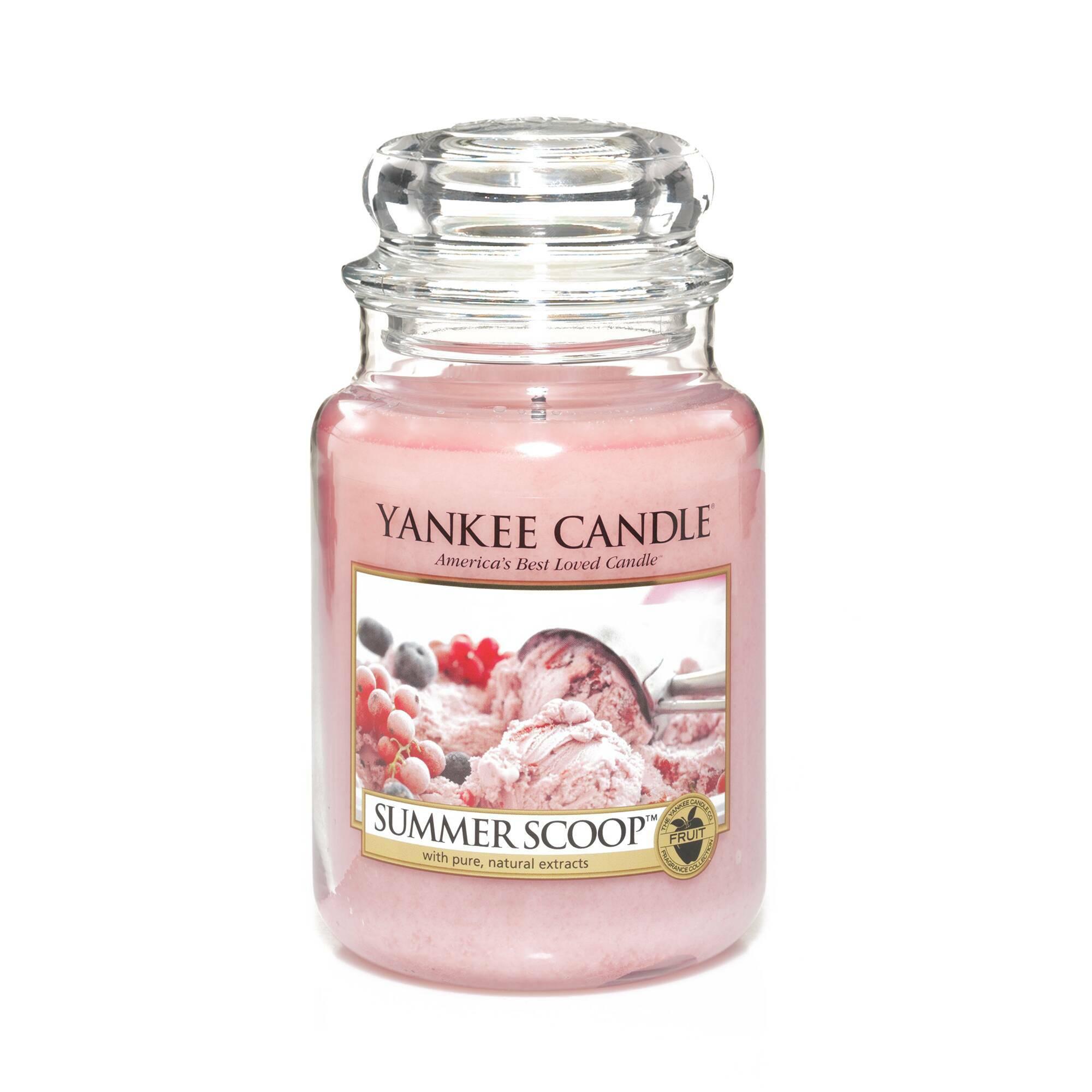Свеча большая  в стеклянной банке Summer ScoopПодсвечники и свечи<br>Свеча большая в стеклянной банке Summer Scoop — это аромат фруктового мороженого. Верхняя нота — конфеты, клубника, ягоды. Средняя нота — сахарная вата. Базовая нота — пралине, ваниль.<br> <br> Сделано в США.<br> Время горения 110–150 часов.<br> Вес 623 г<br><br>stock: 0<br>Цвет: Розовый