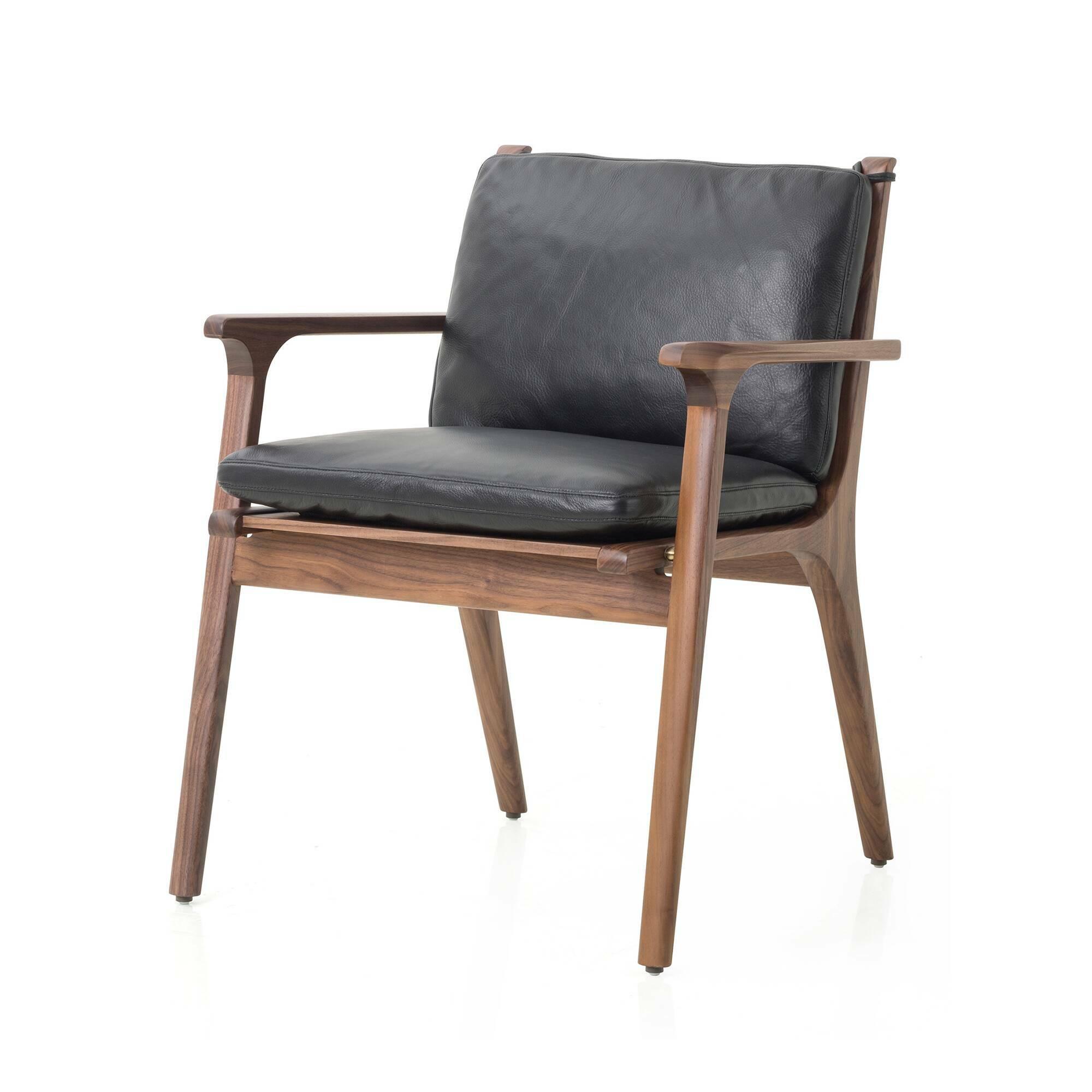 Кресло Ren с кожаной обивкой обеденноеИнтерьерные<br>Чтобы сделать домашнюю кухню более интересной и красивой, не обязательно загромождать ее декором. Отличным украшением для нее могут стать правильно подобранные обеденные стулья. Хотя эта модель сильно отличается от обычных стульев; в первую очередь тем, что она больше напоминает удобное кресло. Кресло Ren с кожаной обивкой обеденное – это отличный вариант для создания комфортной и красивой обеденной зоны.<br><br><br> Дизайнеры выбрали для этой модели одни из наиболее ценных материалов. Орех сч...<br><br>stock: 0<br>Высота: 78<br>Высота сиденья: 46.5<br>Ширина: 62.4<br>Глубина: 59.8<br>Материал каркаса: Массив ореха<br>Тип материала каркаса: Дерево<br>Тип материала обивки: Кожа<br>Цвет обивки: Черный<br>Цвет каркаса: Орех