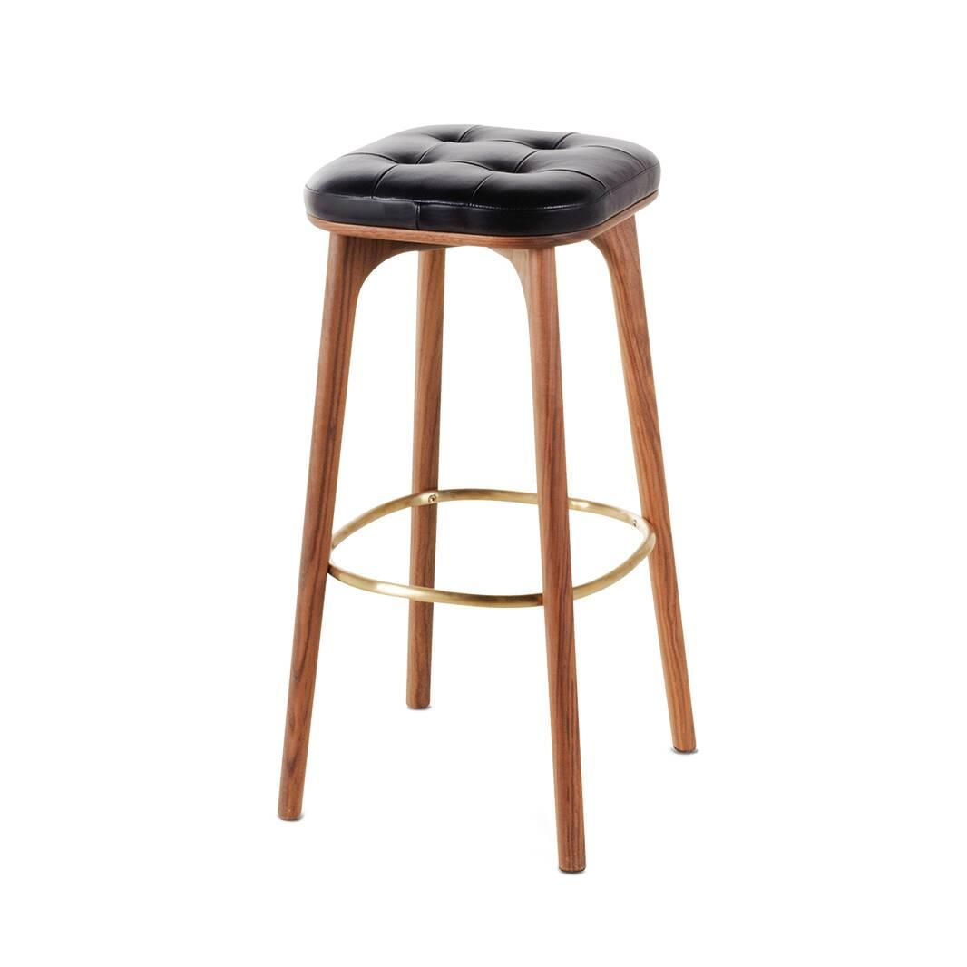 Барный стул Utility высота 76Барные<br>Барный стул Utility высота 76 впечатляет своим роскошным классическим дизайном. Барные стулья призваны не только служить функциональными элементами кухни, но и украшать ее своим присутствием. Данная модель стула от дизайнеров компании Stellar Works отлично справится с этими задачами и сделает домашнюю кухню более комфортной и интересной.<br><br><br> Барный стул Utility высота 76 – это высококачественное изделие, которое будет радовать владельцев своим прекрасным внешним видом в течение многих ле...<br><br>stock: 0<br>Высота: 76<br>Ширина: 39,9<br>Глубина: 38,9<br>Цвет ножек: Орех<br>Материал ножек: Массив ясеня<br>Цвет сидения: Черный<br>Тип материала сидения: Кожа<br>Коллекция ткани: CARESS<br>Тип материала ножек: Дерево