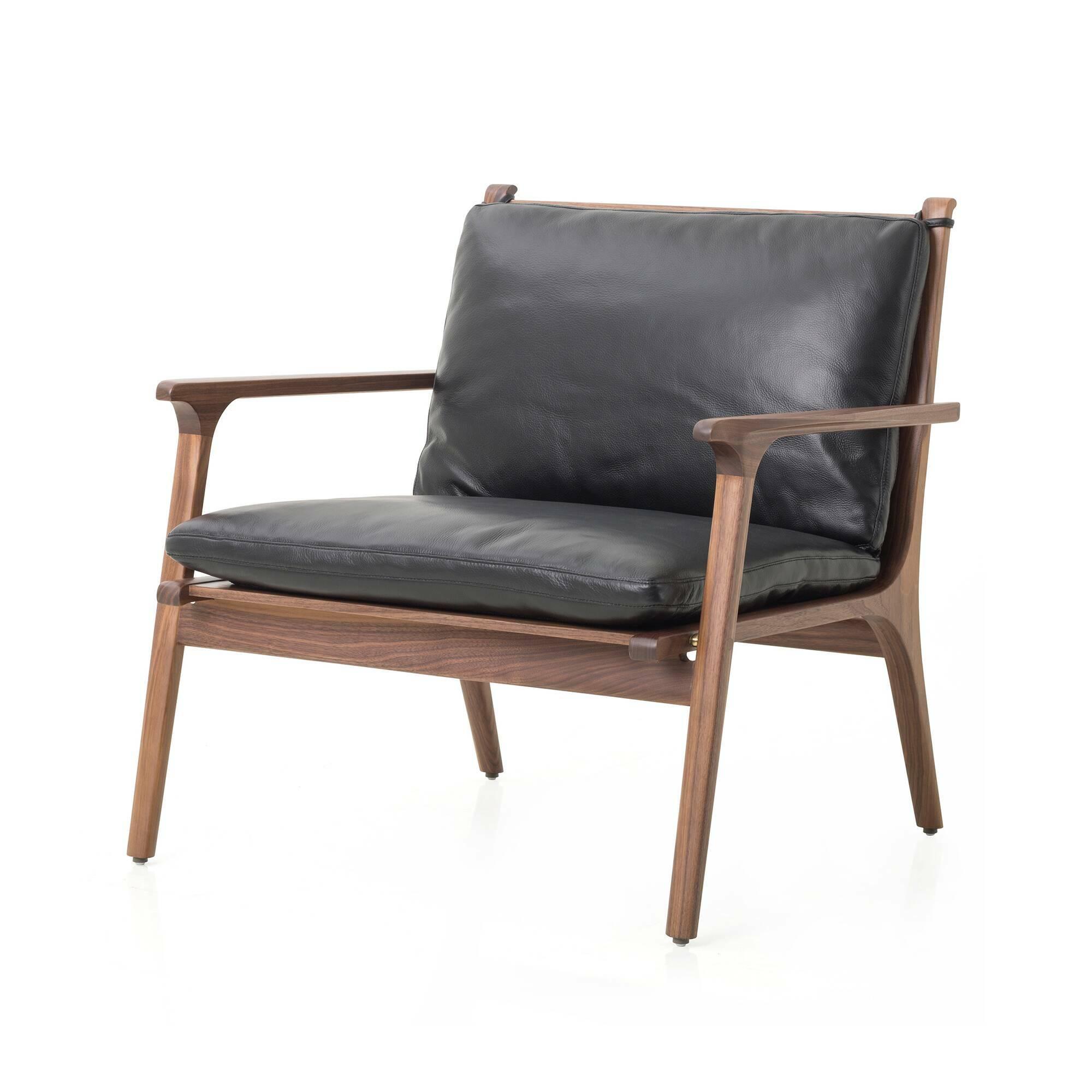 Кресло Ren широкое с кожаной обивкойИнтерьерные<br>Кресло Ren широкое с кожаной обивкой – это величественный дизайн классического жанра, объединенный с функциональным современным стилем. Прекрасно, когда удобно устроиться в кресле можно не только в уютной домашней гостиной комнате, но и в домашнем кабинете. Кресло Ren может отлично влиться в обстановку любой комнаты и поможет вам чувствовать себя удобно в любой ситуации.<br><br><br> Дизайнеры выбрали для этой модели лучшие материалы. Орех считается ценным деревом, он прочен и красив, а кожа пол...<br><br>stock: 0<br>Высота: 78<br>Высота сиденья: 38.5<br>Ширина: 79.4<br>Глубина: 71.2<br>Материал каркаса: Массив ореха<br>Тип материала каркаса: Дерево<br>Тип материала обивки: Кожа<br>Цвет обивки: Черный<br>Цвет каркаса: Орех