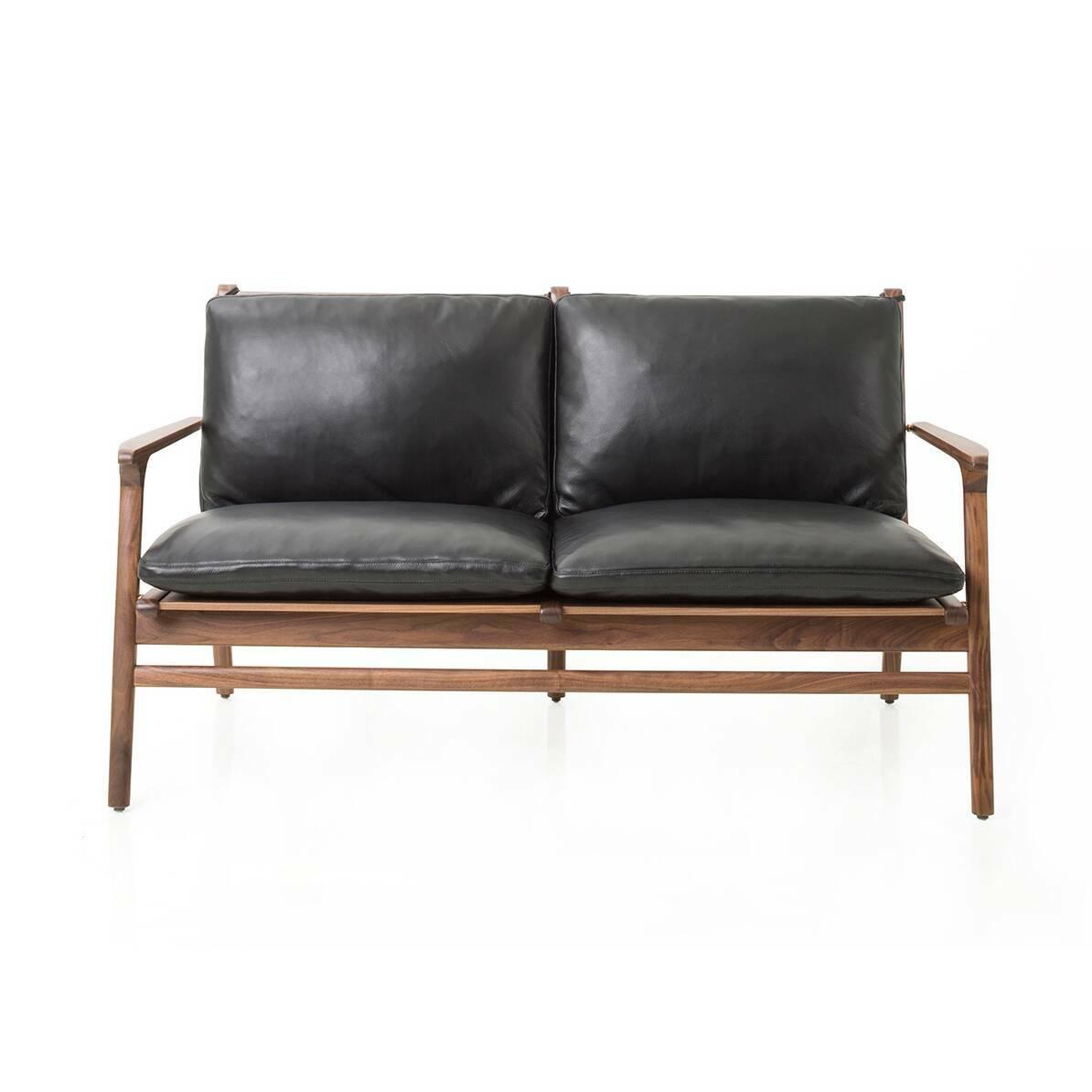 Диван Ren с кожаной обивкойДвухместные<br>Компания Stellar Works производит изделия, которые удивительным образом способны гармонировать как с традиционным искусством обустраивать помещение, так и с самыми современными стилями. Диван Ren с кожаной обивкой представляет собой именно такой симбиоз современности и классики.<br><br><br> Кроме стильного дизайна диван может похвастаться и своими физическими качествами: благодаря натуральному ореховому массиву и кожаной обивке изделие обладает высокой прочностью и надежностью, оно практично, ...<br><br>stock: 0<br>Высота: 78<br>Высота сиденья: 38.5<br>Глубина: 71.2<br>Длина: 140<br>Материал каркаса: Массив ореха<br>Тип материала каркаса: Дерево<br>Коллекция ткани: CARESS<br>Тип материала обивки: Кожа<br>Цвет обивки: Черный<br>Цвет каркаса: Орех