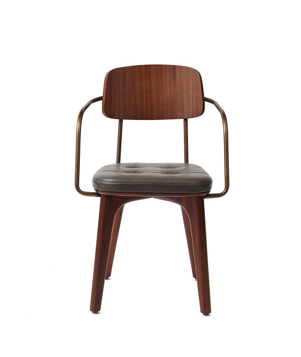 Стул Utility с кожаным сиденьем и подлокотникамиИнтерьерные<br>Стул Utility с кожаным сиденьем и подлокотниками – это универсальное и очень красивое изделие, созданное талантливыми дизайнерами и мастерами компании Stellar Works. Каждое их творение способно привнести что-то новое в домашний интерьер, создать совершенно неповторимую атмосферу, сделать его более красивым, удобным и стильным. И конечно, функциональным, ведь именно функциональность часто является одним из главных критериев подбора стульев для домашнего интерьера.<br><br><br> Эта модель стула во...<br><br>stock: 0<br>Высота: 81<br>Высота сиденья: 46,6<br>Ширина: 53,7<br>Глубина: 51,1<br>Цвет подлокотников: Латунь<br>Материал каркаса: Массив ясеня<br>Материал подлокотников: Сталь<br>Тип материала каркаса: Дерево<br>Цвет сидения: Темно-серый<br>Тип материала сидения: Кожа<br>Коллекция ткани: CARESS<br>Цвет каркаса: Орех