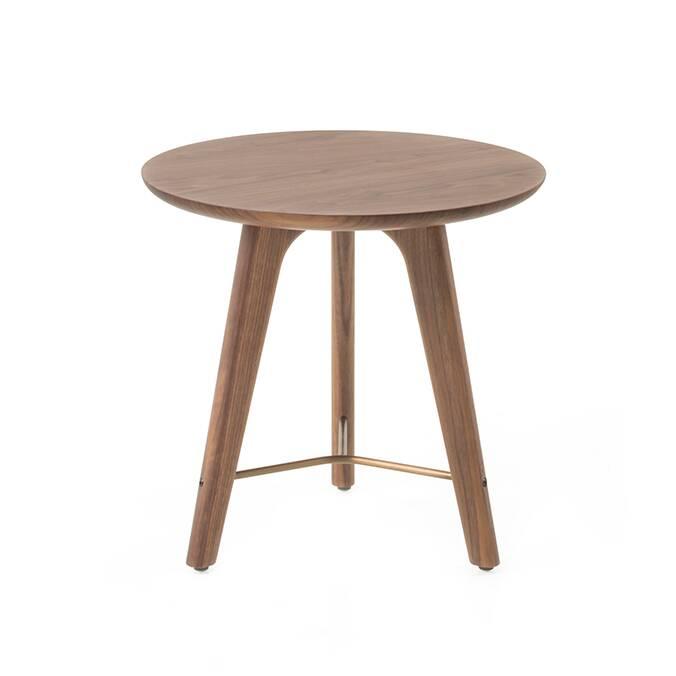 Кофейный стол Utility высота 45 диаметр 48Кофейные столики<br>Кофейный стол Utility высота 45 диаметр 48 – это прекрасный образец минимализма в интерьере. Все изделия компании Stellar Works отличаются уникальным стилем и высочайшим качеством. Дизайнеры компании идут в ногу со временем, их творения обладают ярко выраженным характером, в них очень гармонично сочетаются функциональность и красота.<br><br><br> Кофейный стол Utility является ярким примером такой гармонии. Изделие обладает прекрасными пропорциями и формой. Стол создается из материалов высочайше...<br><br>stock: 1<br>Высота: 45<br>Диаметр: 48<br>Цвет ножек: Орех<br>Цвет столешницы: Орех<br>Материал ножек: Массив ореха<br>Материал столешницы: Шпон ореха<br>Тип материала каркаса: Сталь нержавеющя<br>Тип материала столешницы: Дерево<br>Тип материала ножек: Дерево<br>Цвет каркаса: Латунь