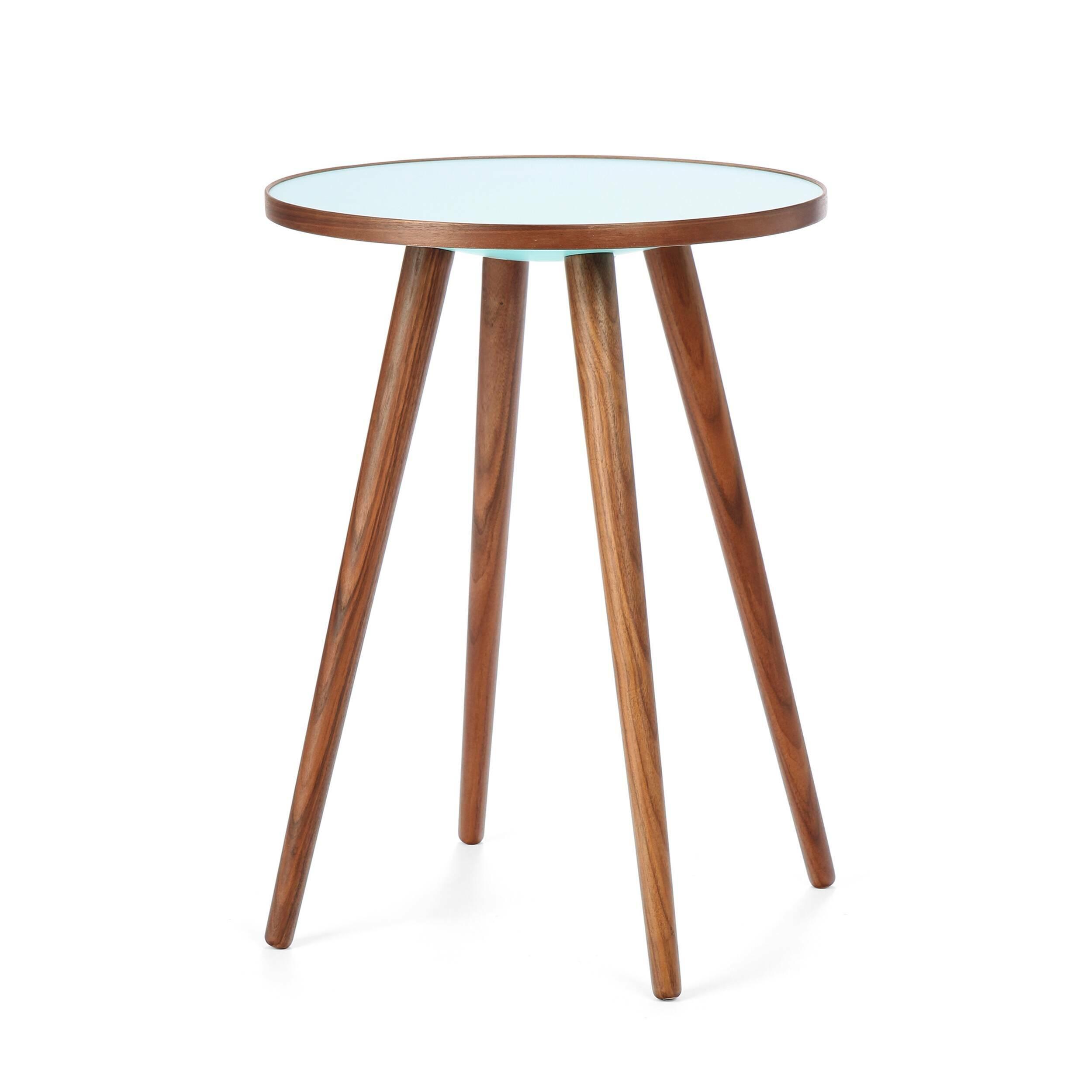 Кофейный стол Sputnik высота 55 диаметр 41Кофейные столики<br>Дизайнерский кофейный стол Sputnik (Спутник) (высота 55 диаметр 41) с пластиковой столешницей на четырех ножках от Cosmo (Космо).<br><br><br> Кофейный стол Sputnik высота 55 диаметр 41 имеет четыре длинные устойчивые ножки и небольшую круглую столешницу. Его разработал американский дизайнер и архитектор мирового уровня Шон Дикс. Столик сделан из качественной древесины американского ореха, что делает его достаточно прочным  и долговечным. Столешница  покрыта меламином, благодаря чему устойчива к н...<br><br>stock: 6<br>Высота: 55<br>Диаметр: 40,6<br>Цвет ножек: Орех американский<br>Цвет столешницы: Голубой<br>Материал ножек: Массив ореха<br>Тип материала столешницы: Пластик<br>Тип материала ножек: Дерево