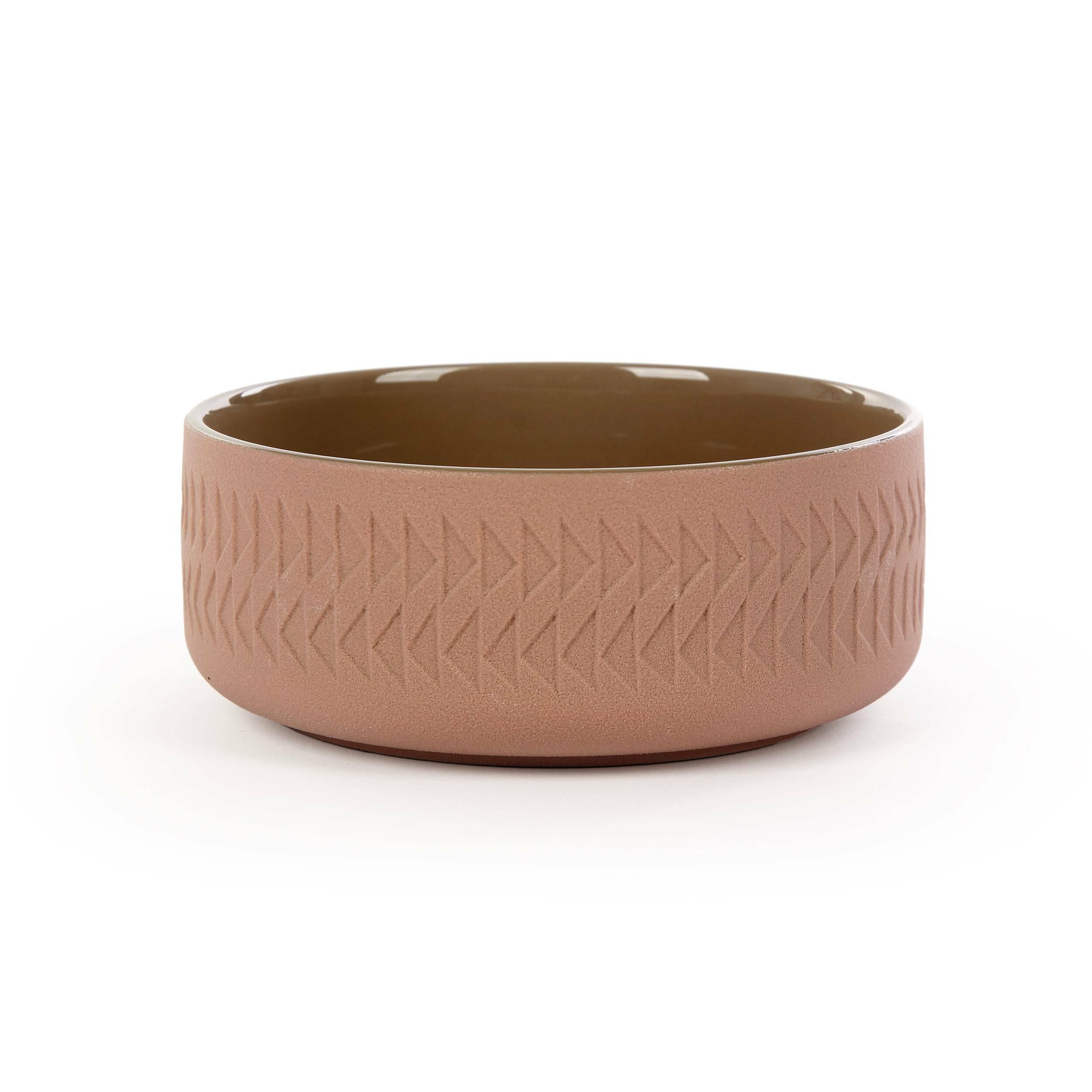 Тарелка Tactile диаметр 15Посуда<br>Коллекция Tactile сочетает в себе черты скандинавского минимализма и яркую геометрию японского стиля. Изделия этой коллекции отличаются необыкновенной красотой пропорций и аккуратного, «тактильного» узора. Все модели выполнены в завораживающих шоколадных оттенках.<br><br><br> Коллекция Tactile включает в себя изящные модели тарелок и мисок, вазы, чашки и другие принадлежности, способные украсить собой любой обеденный стол. Внутренняя полость сосудов идеально гладкая и очень красиво сочетается с ...<br><br>stock: 88<br>Высота: 6,1<br>Материал: Глина<br>Цвет: Коричневый<br>Диаметр: 15