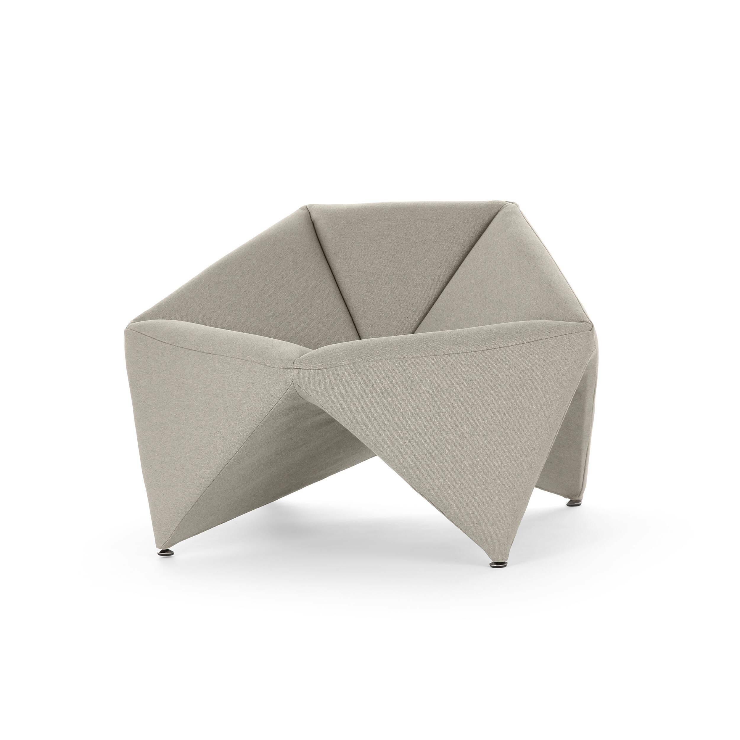 Кресло FoldИнтерьерные<br>Эксклюзивность изделий мебельной компании Softline состоит в потрясающей функциональности и максимальном удобстве использования каждого предмета. Оригинальное кресло Fold (Фолд) от дизайнеров этого бренда выполнено именно в таком инновационном стиле – лаконичность, уникальная комфортная форма и неповторимый дизайн делают эту модель прекрасным вариантом для наиболее современных и удобных интерьеров.<br><br><br> Это изделие наилучшим образом подходит для создания домашнего интерьера. Ткань для оби...<br><br>stock: 2<br>Высота: 67<br>Высота сиденья: 42/45<br>Ширина: 106<br>Глубина: 75<br>Материал обивки: Хлопок, Полиэстер<br>Коллекция ткани: Vision<br>Тип материала обивки: Ткань<br>Цвет обивки: Серо-бежевый