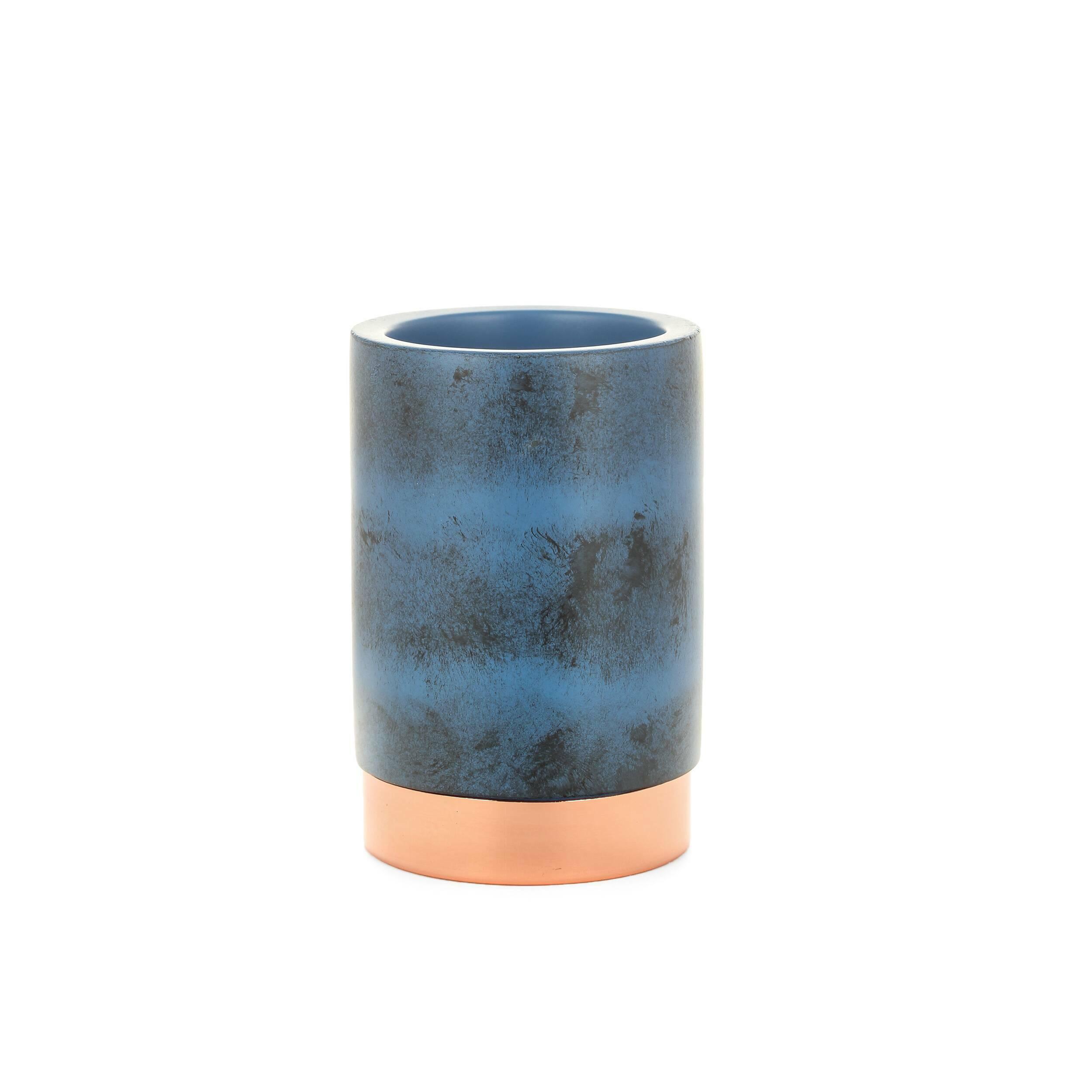 Стакан NankingРазное<br>Коллекция Nanking включает в себя разнообразные предметы для домашнего быта, от стаканов и подносов до подставок для ершика и корзины для мусора. Все эти изделия объединены единым стилем и цветовой гаммой. Дизайн моделей очень прост и свеж. Особенно привлекательно и интересно выглядит поверхность изделий, на которую дизайнеры нанесли стильные штрихи потертостей и пятен.<br><br><br> Для создания коллекции Nanking проектировщики выбрали смолу – это довольно прочный материал, обладающий хорошей дек...<br><br>stock: 96<br>Высота: 10<br>Материал: Смола<br>Цвет: Синий<br>Диаметр: 7<br>Цвет дополнительный: Латунь