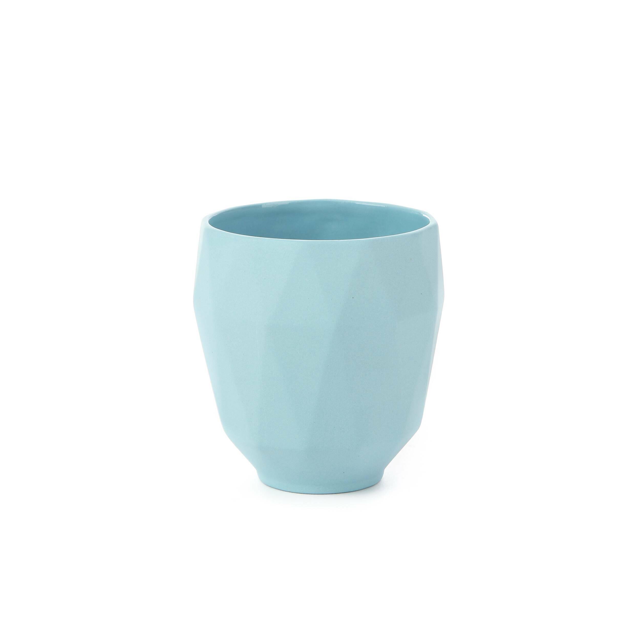 Чайная чашка RamusПосуда<br>Для хранения и подачи приготовленных блюд и напитков наилучшим образом подходят сосуды из натуральных материалов. Оригинальная коллекция Ramus включает в себя именно такие изделия – экологичные и безопасные, которые обладают привлекательным дизайном и приятной на ощупь поверхностью.<br><br><br> В коллекцию входит чайная чашка, набор солонка и перечница и набор емкостей для соуса и уксуса Ramus. Для изготовления этих моделей выбрана популярная, обладающая потрясающими декоративными качествами кер...<br><br>stock: 91<br>Высота: 9,5<br>Материал: Керамика<br>Цвет: Голубой<br>Диаметр: 8,5