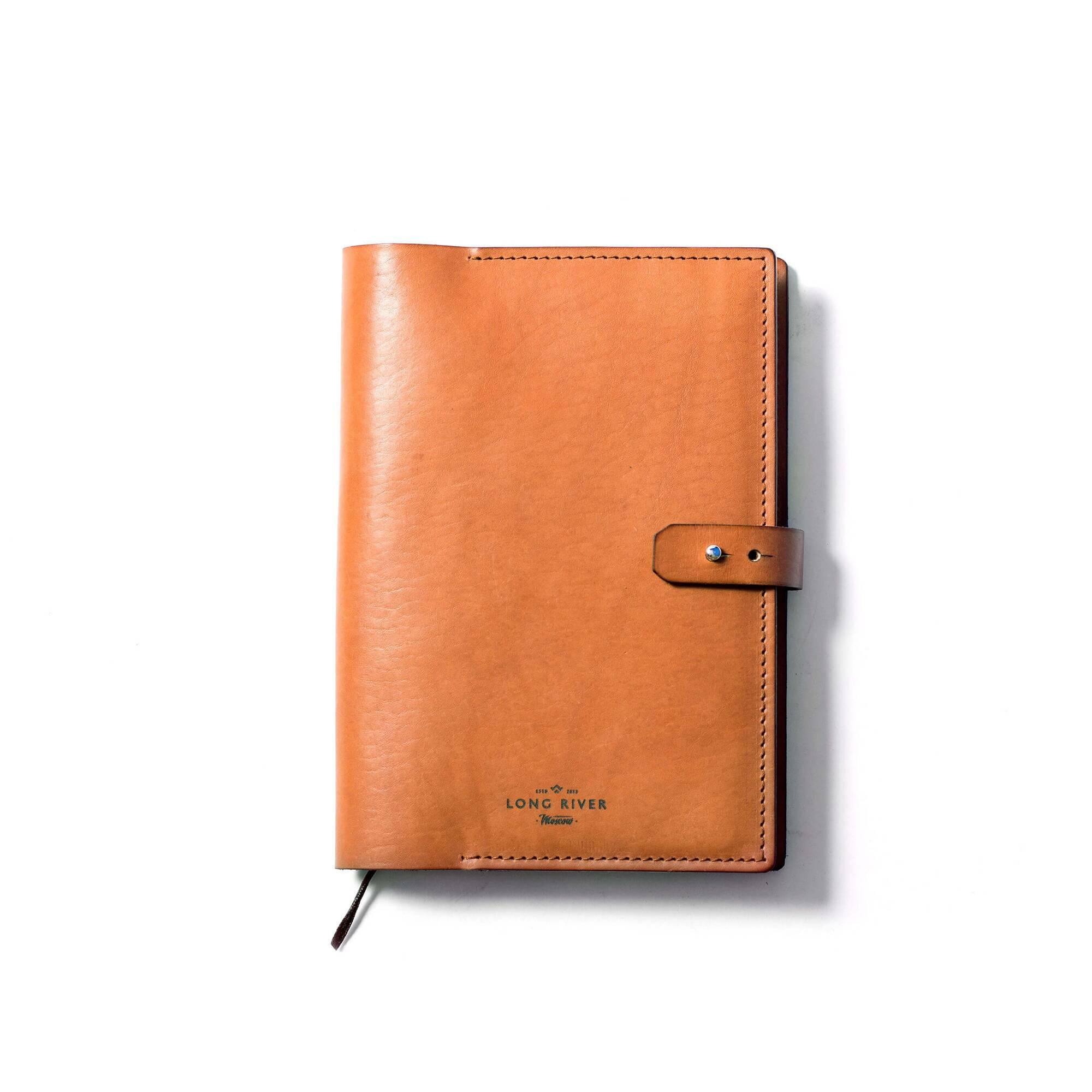 Обложка для ежедневника Ramme, рыжаяРазное<br>Ежедневник или блокнот, «укрепленный» плотной обложкой, способен служить своему владельцу бесконечно долго, страницы сохранятся в идеальном состоянии, а вам не придется прятать книжку в дальний карман. Дизайнерская обложка для ежедневника Ramme (Рамме) – это то, что нужно для идеальной сохранности ваших деловых и личных записей от влаги, механического воздействия и износа.<br><br><br> Обложка порадует вас своей прочностью и плотностью, модель выполнена из натуральной кожи высочайшего качества. И...<br><br>stock: 0<br>Высота: 23,5<br>Ширина: 2<br>Материал: Кожа<br>Цвет: Рыжий<br>Длина: 17