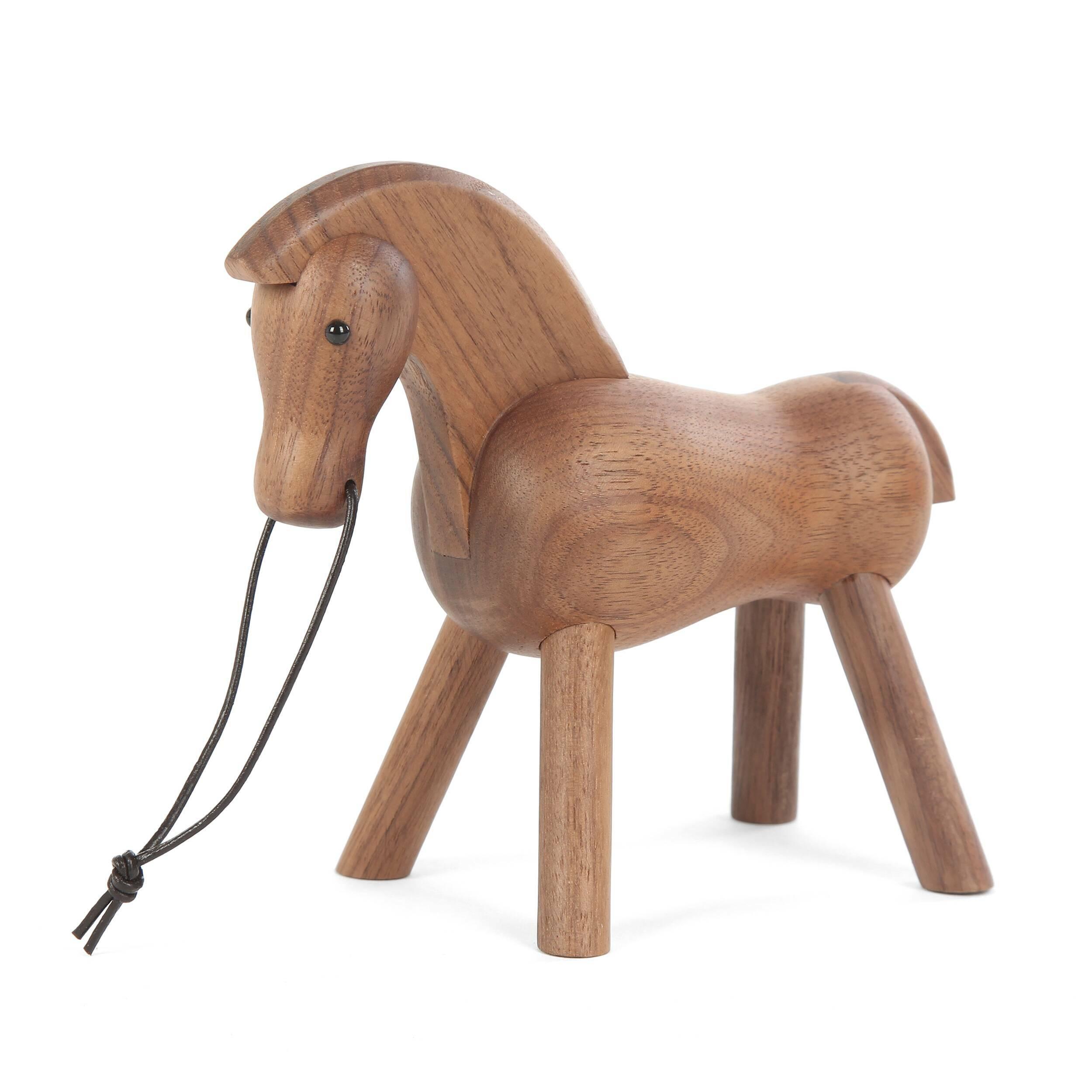 Статуэтка Horse FireНастольные<br>Простая на первый взгляд, эта фигурка воплощает в себе силу и спокойствие, благодаря чему отлично подойдет для интерьера, которому нужно придать более яркий, оживленный характер. Дизайнерская статуэтка Horse Fire легко вольется как в классический интерьер, так и в обстановку в современном стиле.<br><br><br> «Огненный» вид коню придает выбранная для его создания древесина. Массив орехового дерева обладает насыщенным темно-коричневым цветом с легким красноватым оттенком. Дизайнеры также высоко цен...<br><br>stock: 17<br>Материал: Массив ореха<br>Цвет: Темно-коричневый<br>Длина: 14