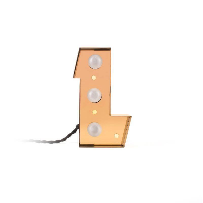 Настенный светильник Caractere LНастенные<br>Оригинальный и стильный настенный светильник Caractere L от итальянской компании Seletti – это настоящий вызов традиционному оформлению интерьеров. Буквы-светильники ярко выделяются на фоне общего интерьера и позволяют взглянуть на окружающую обстановку с новой, неожиданной точки зрения.<br><br><br> Кроме неожиданного дизайна эта коллекция радует еще и надежностью – светильники изготавливаются из прочного, устойчивого к механическому воздействию и внешним факторам металла. Такая основа позволяет...<br><br>stock: 0<br>Высота: 20<br>Материал арматуры: Металл<br>Мощность лампы: 2,4<br>Цвет арматуры: Золотой